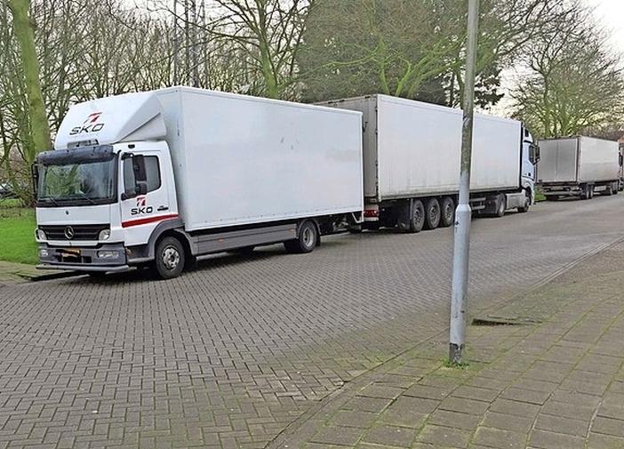 Bewoners storen zich aan troep die vrachtwagenchauffeurs achterlaten in Wormer