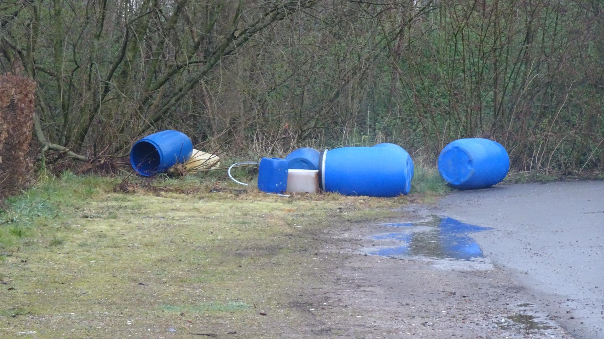 Vaten met onbekende inhoud gedumpt bij zwembad in Nieuwe Niedorp