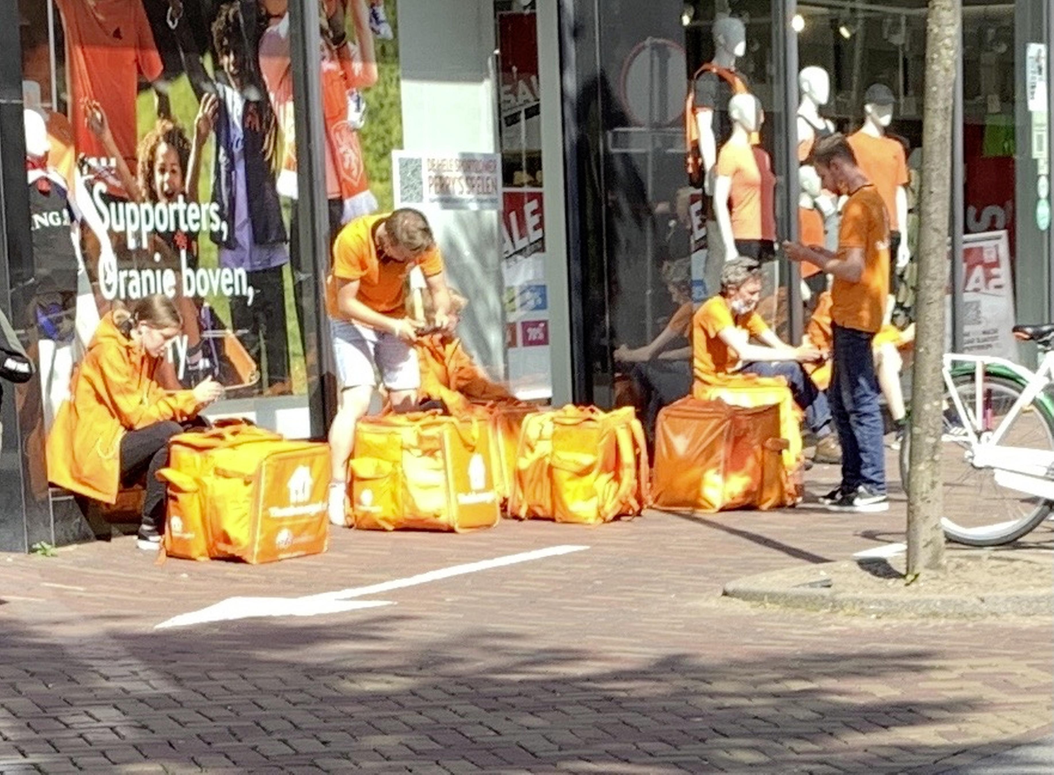Zij zijn hier in de schaduw, Oranje is aan de overkant, in de zon. De kleuren mengen niet, de straat is een onzichtbare grens | Column