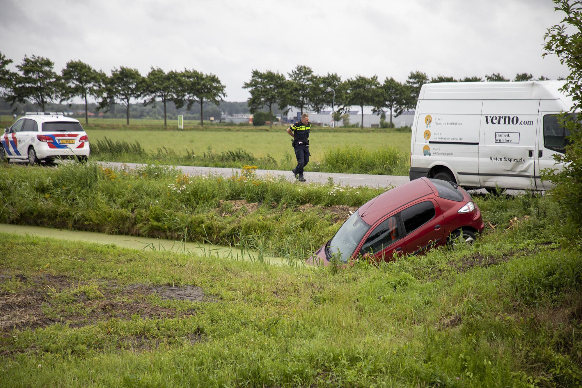 Auto belandt in het water langs de Spaarneweg in Cruquius