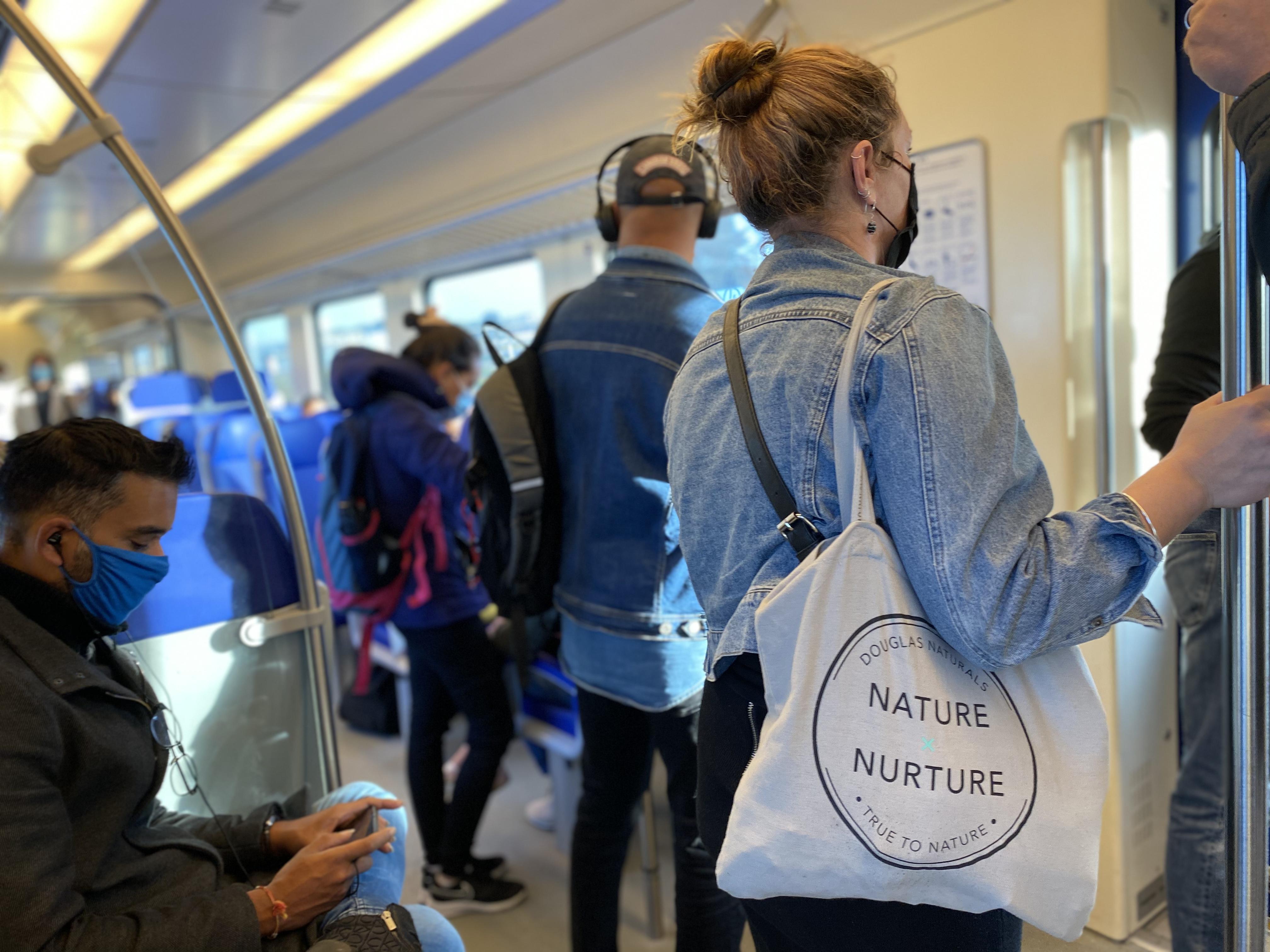 Met de trein van coronabrandhaard naar West-Friesland: 'Mensen komen gewoon dichtbij je staan op station' [video]