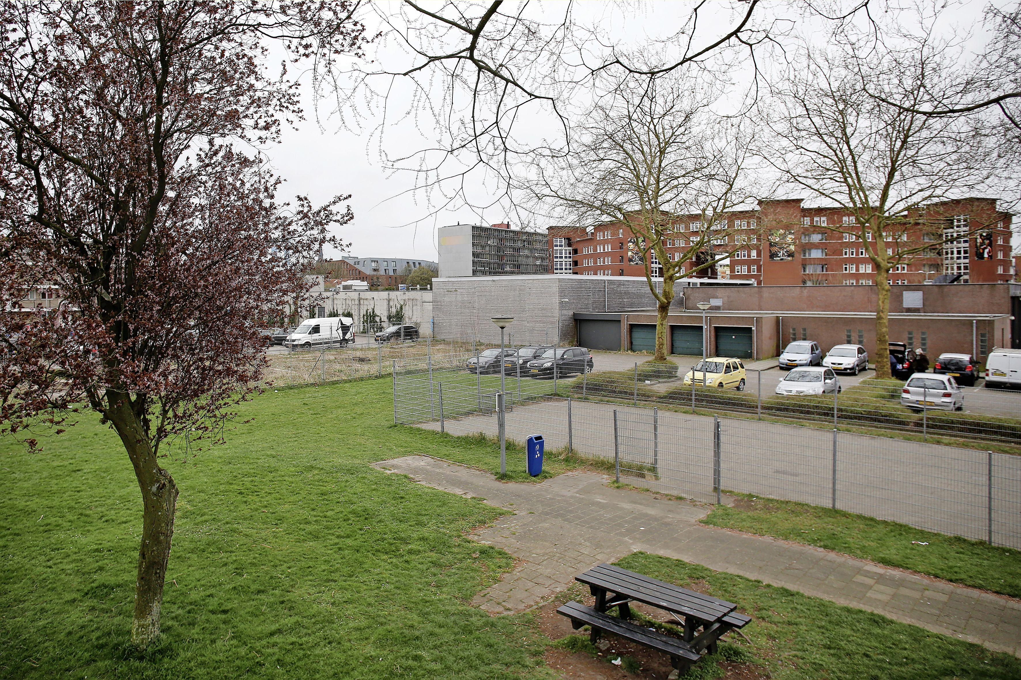 Achterdochtige buurt rond winkelcentrum Hogeweij in Weesp vermoedt 'chantage' van gemeentebestuur; aanpassing van hoogte flatgebouwen schiet in verkeerde keelgat