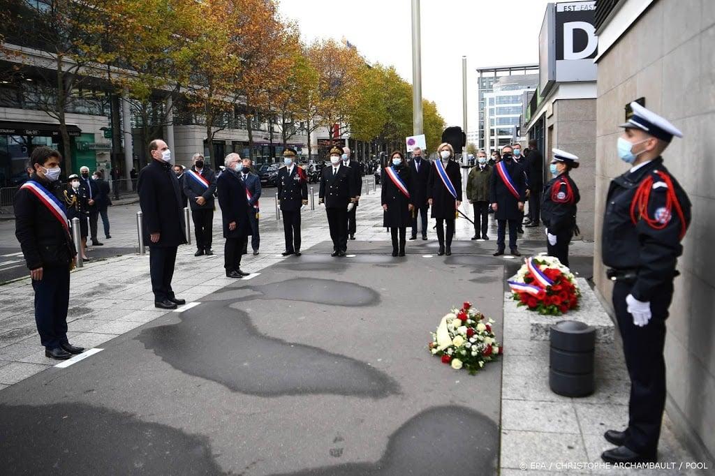 Ingetogen herdenking bloedbad Parijs