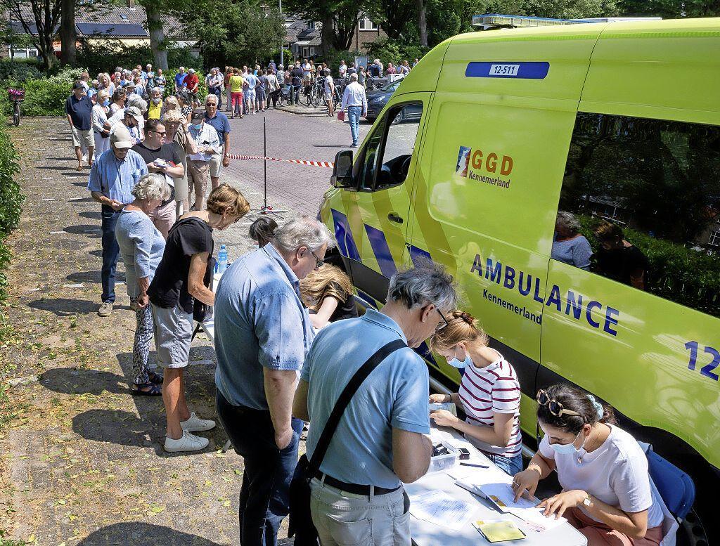 Honderden mensen in de rij voor vaccinatiestempel in Heemstede: 'Je kunt in het buitenland een boete krijgen van drieduizend euro'