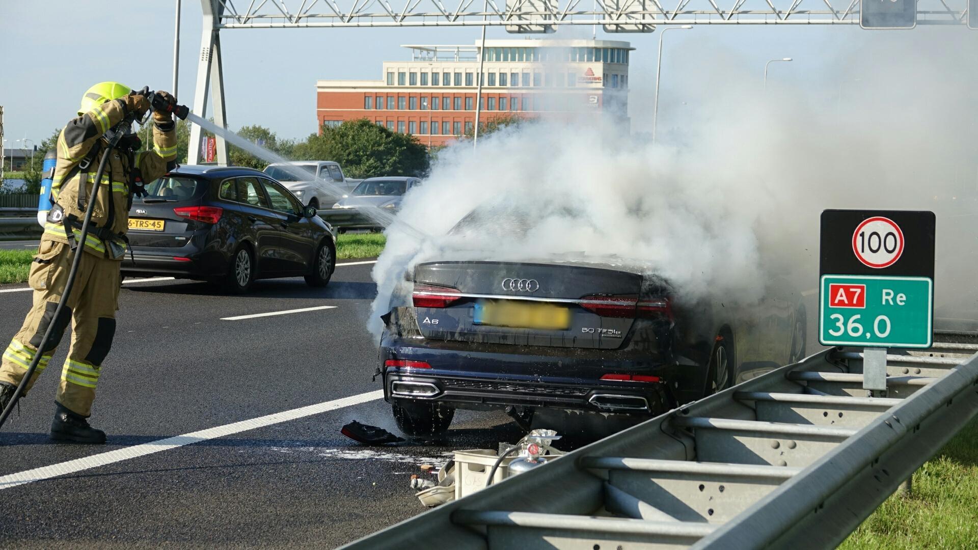 Auto in brand gevlogen op de A7 in Wognum