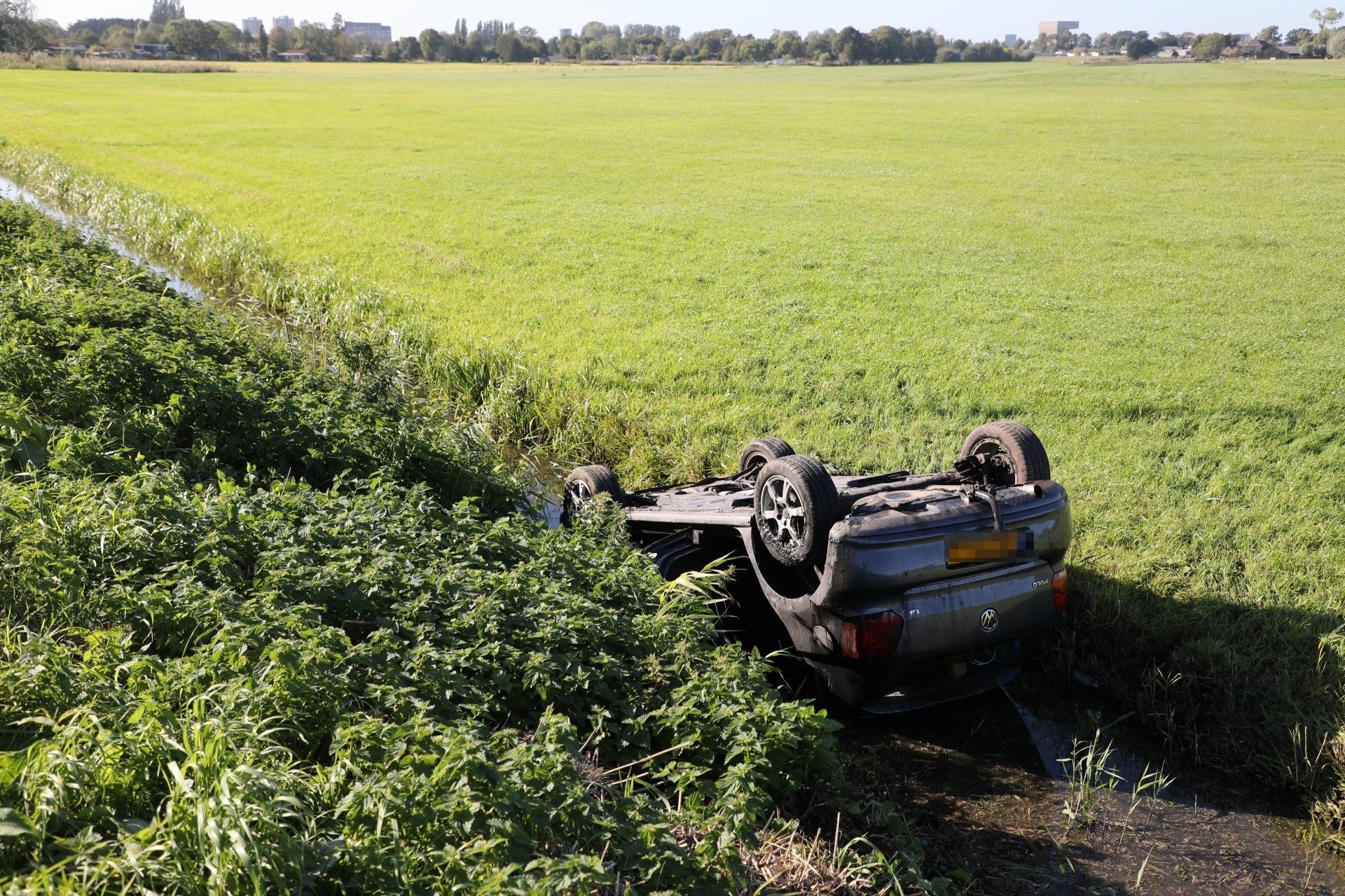 Auto belandt ondersteboven in sloot langs N205 bij Vijfhuizen