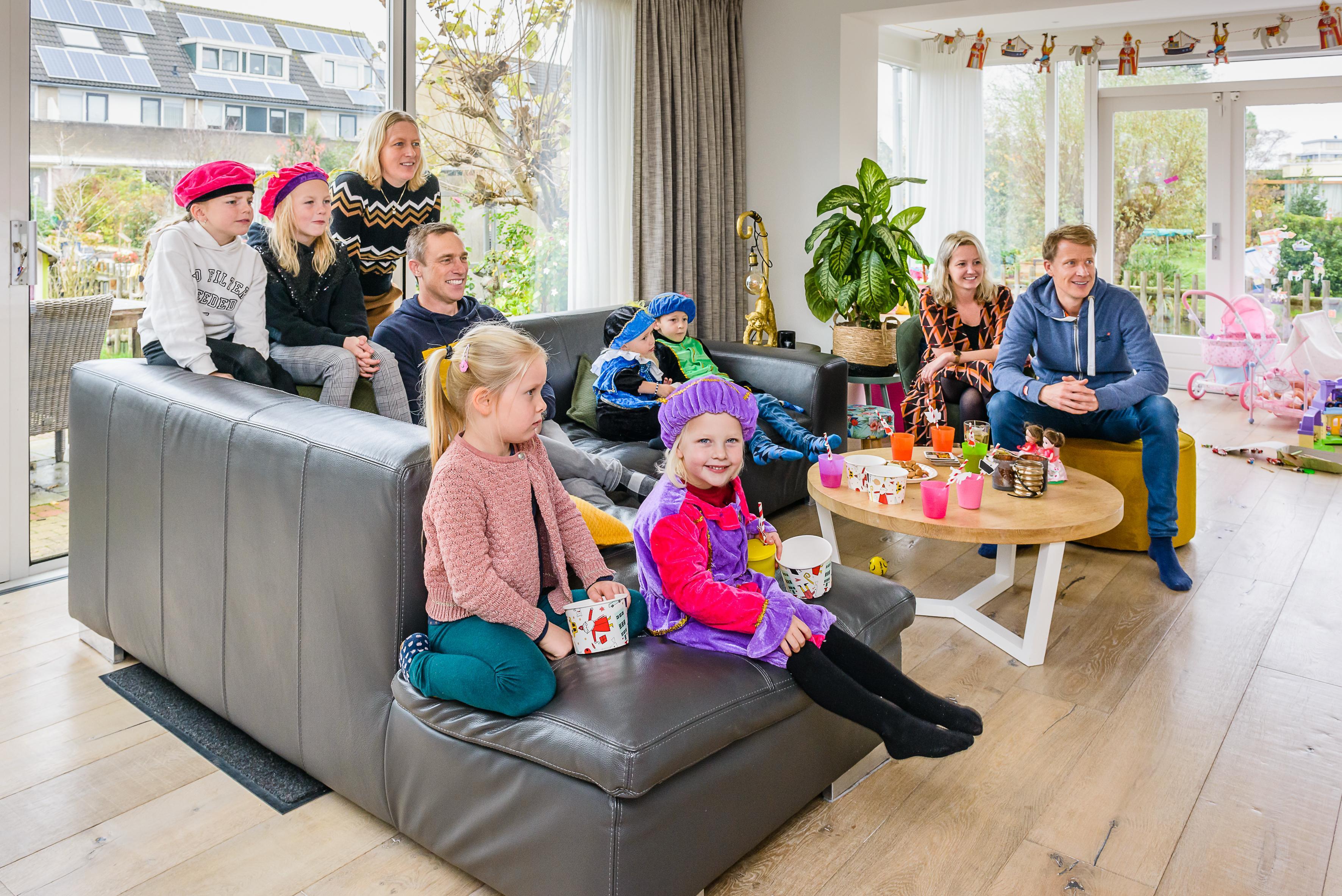 Voor Sophie en Femke is de intocht van Sinterklaas op televisie net zo leuk en spannend als die bij de Zaan