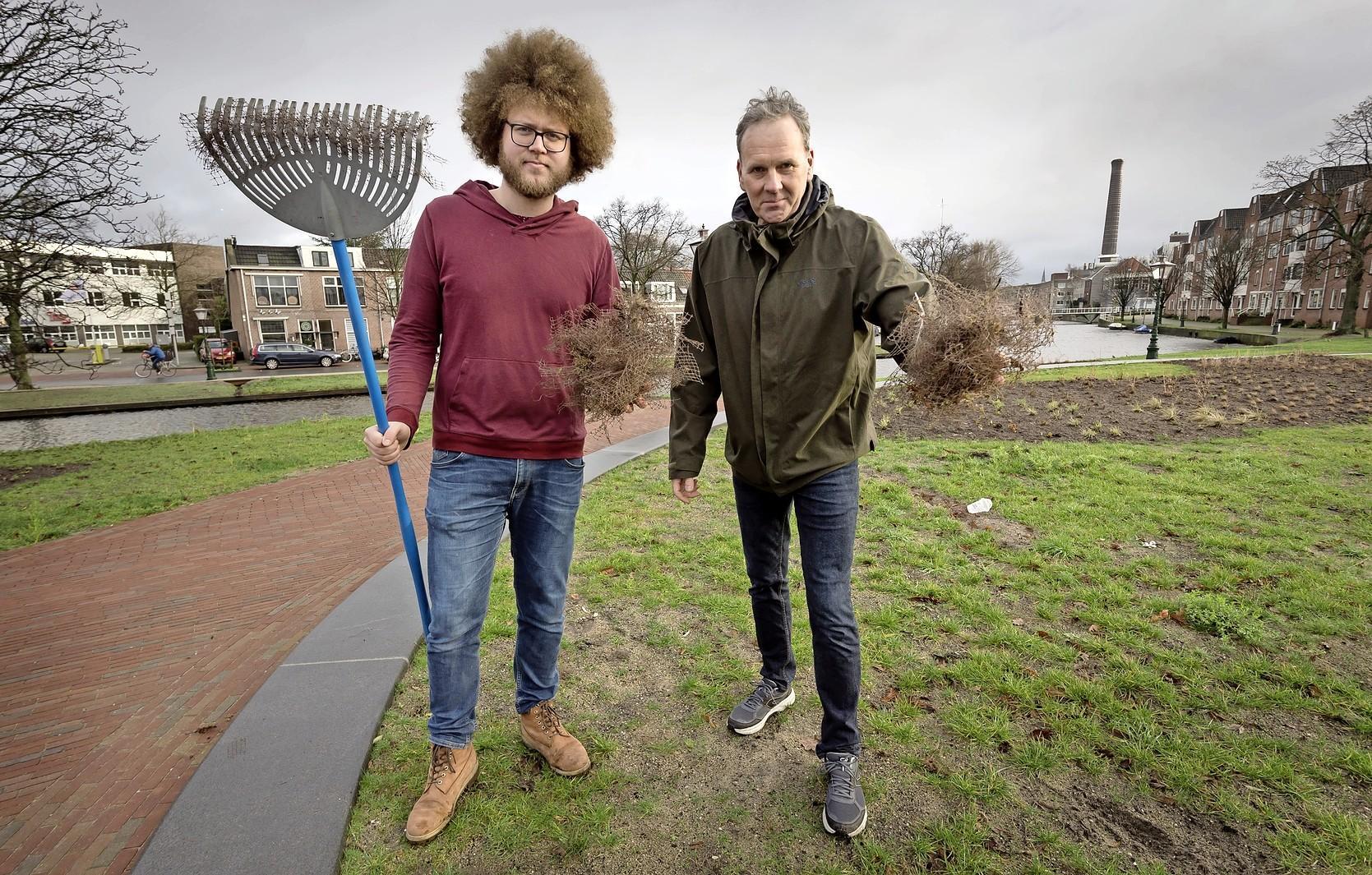 Leidse grachten vol met duizenden plastic grasnetjes van Lammerenmarkt
