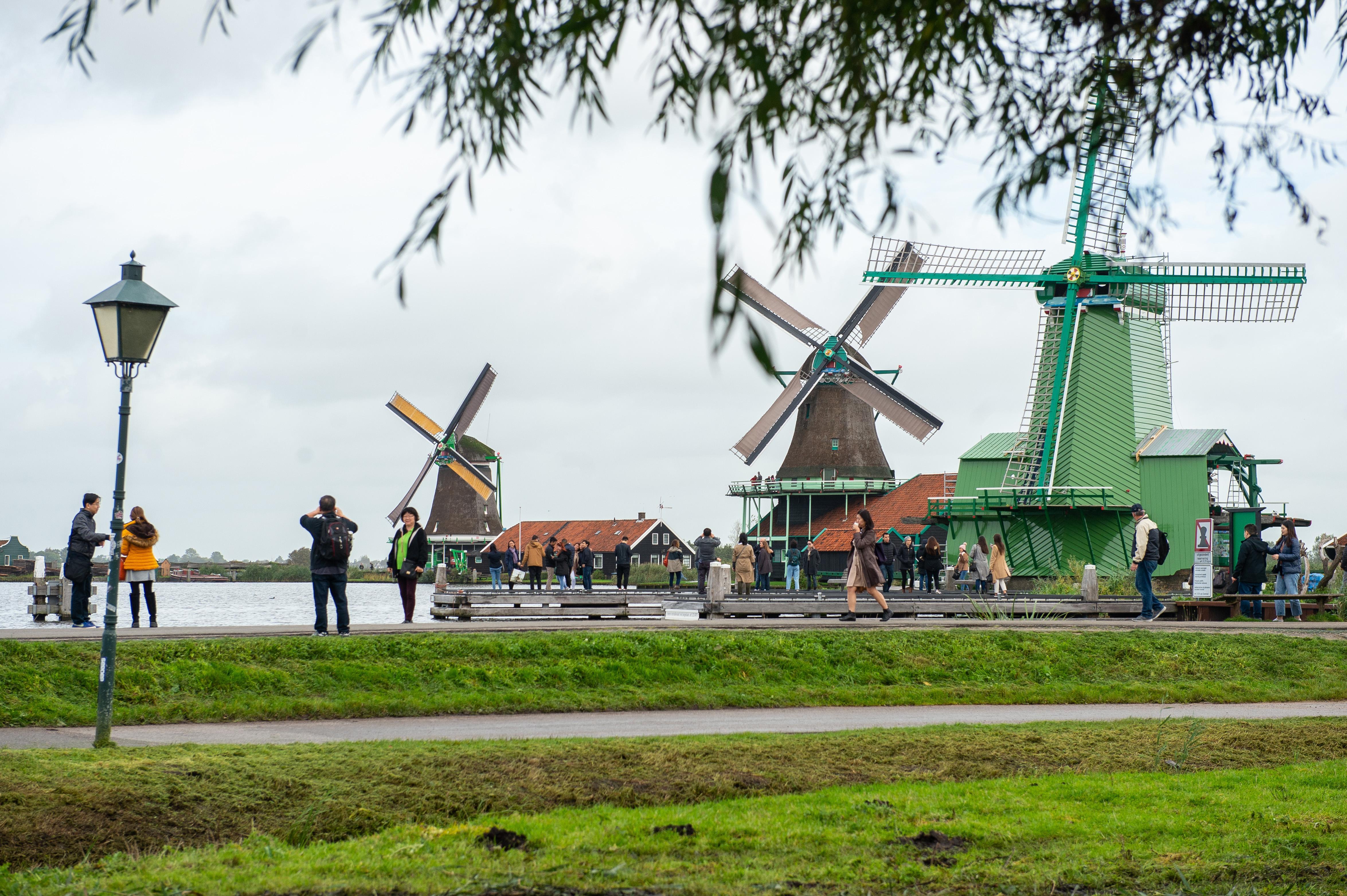 Boten moeten plekje reserveren bij Zaanse Schans: toename van rondvaartsloepen leidt tot strubbelingen