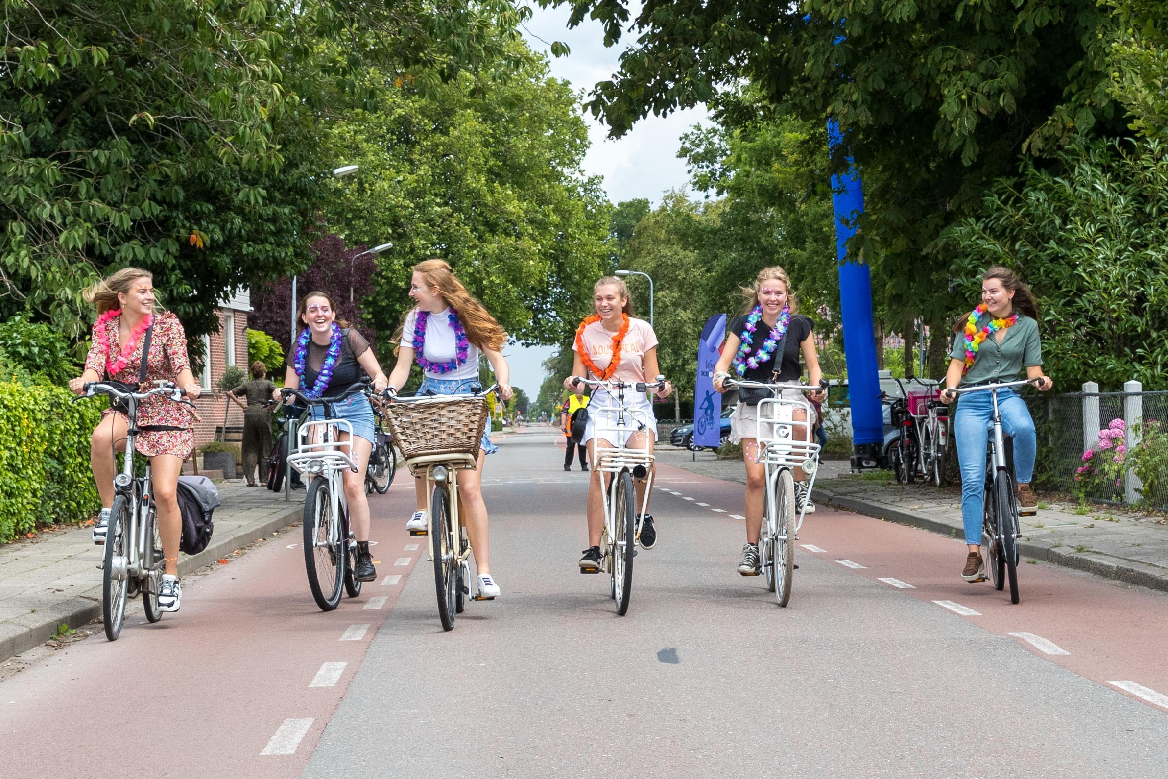 Tourpiemels wegpoetsen tijdens kolderieke fietstocht tussen Westwoud, Blokker, Oosterblokker en Zwaag: kroegentocht als ode aan de Tour de France