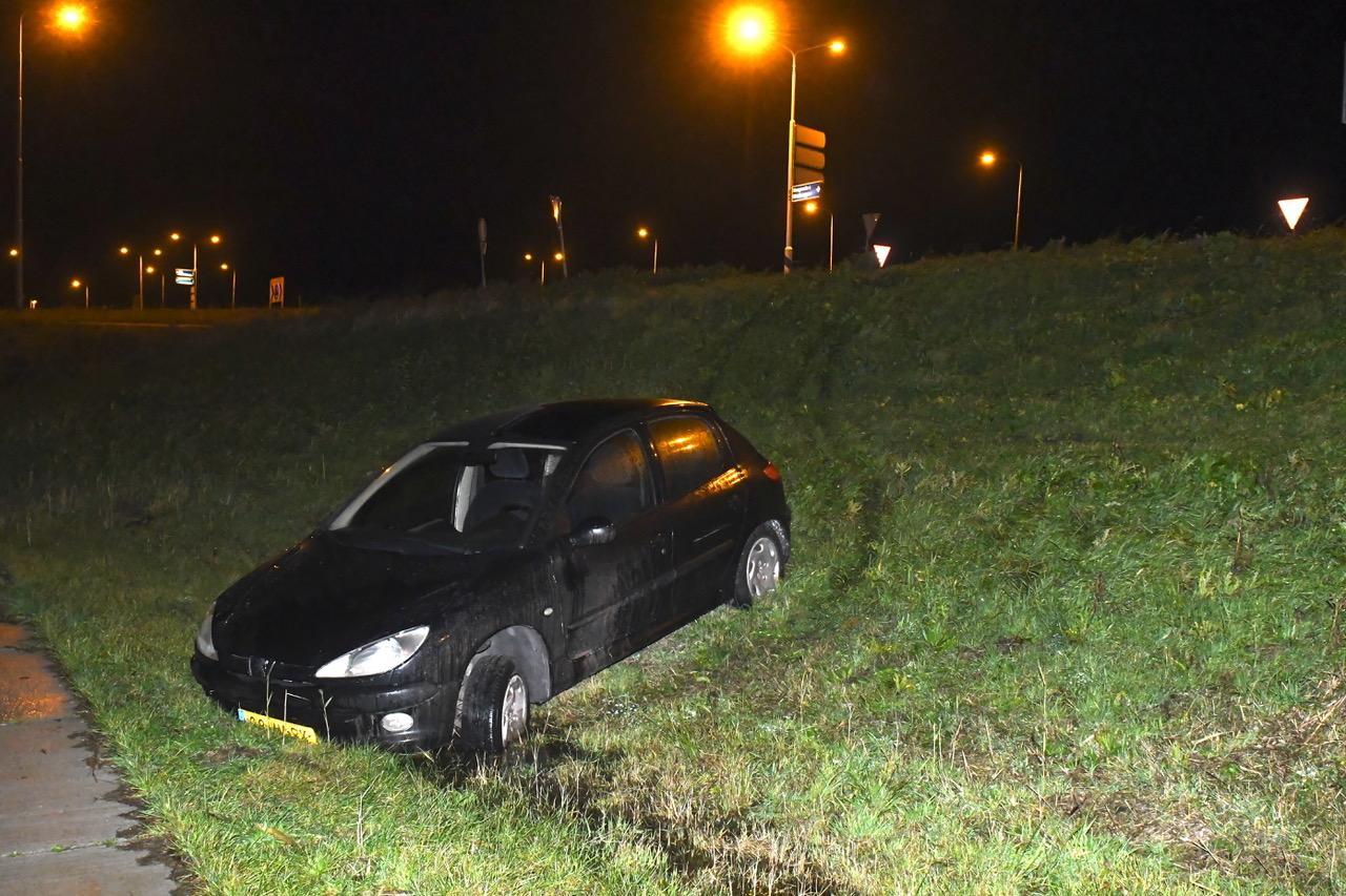Auto aangetroffen in berm N446 bij Leiderdorp, bestuurder spoorloos
