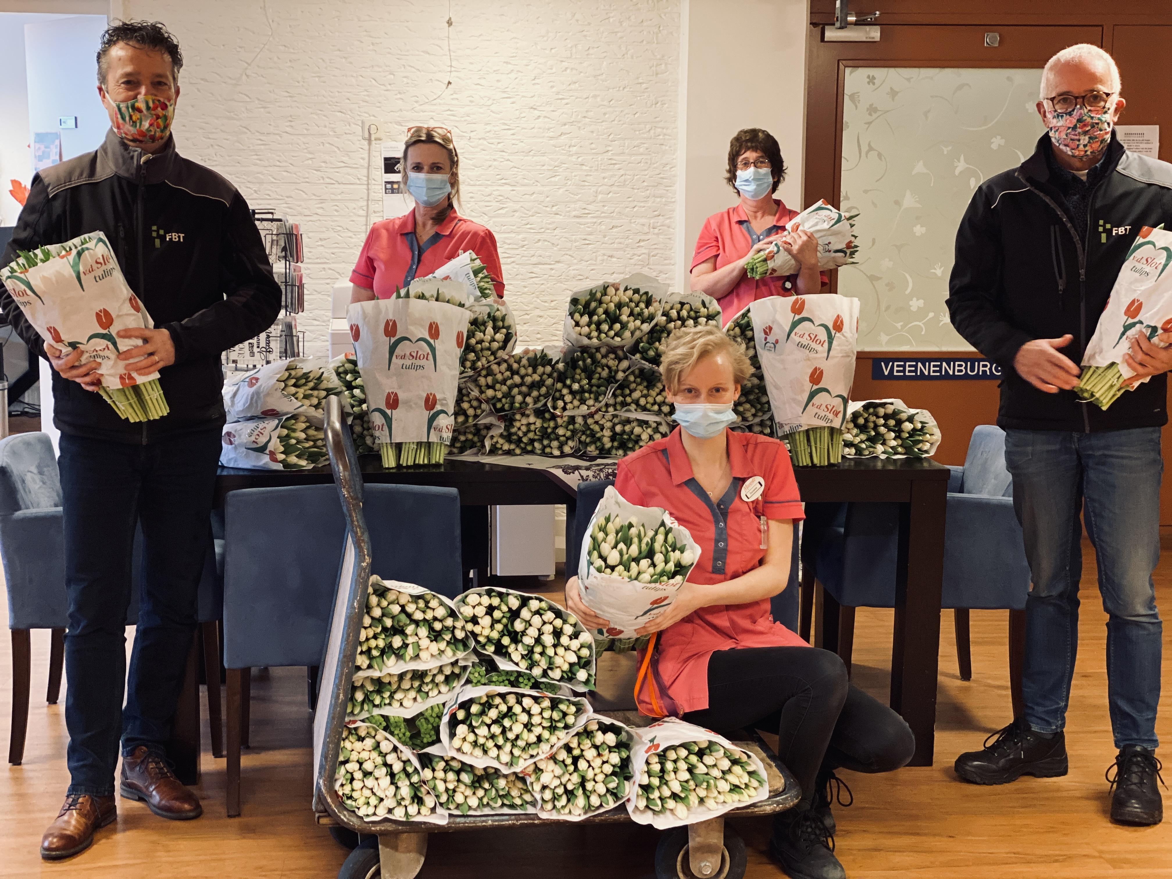 Zorgmedewerkers blij verrast met tulpen voor de zorg