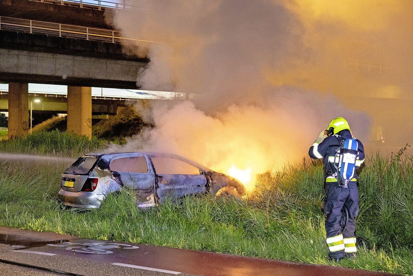 Auto vliegt in brand na botsing met lantaarnpaal in Zwanenburg, twee inzittenden gaan ervandoor
