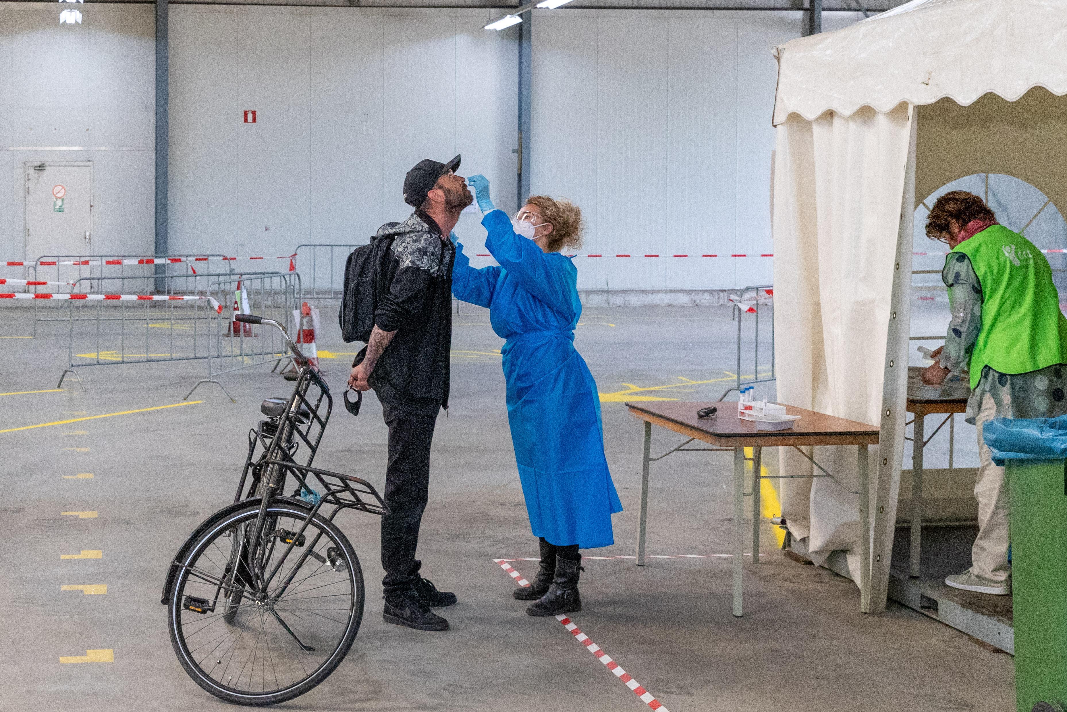 Eerste coronatesten in Zwaag afgenomen: 'Ze gaan best wel diep in de keel en neus'