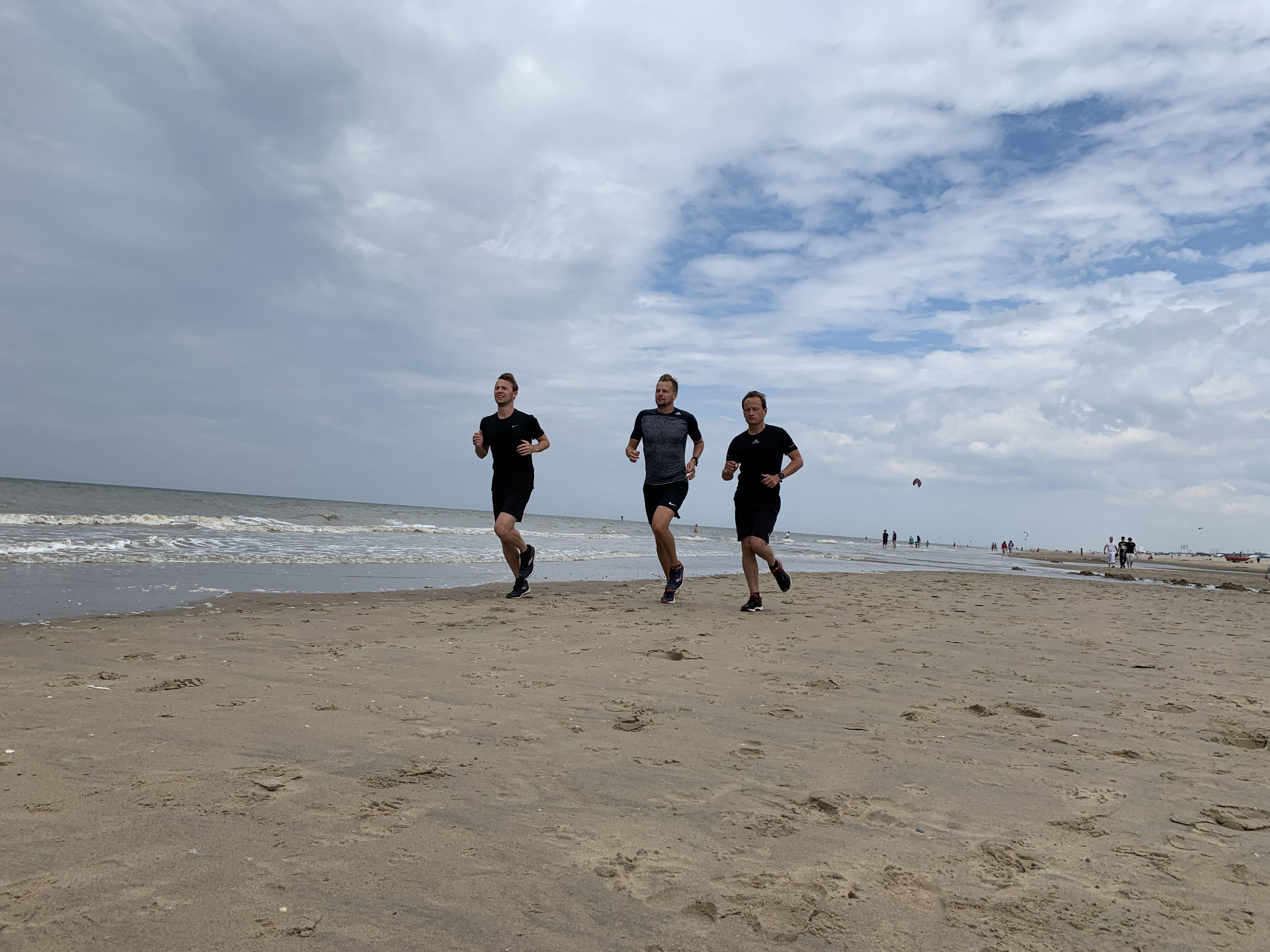Zestig kilometer bikkelen over het strand voor Epilepsiefonds en Stichting Juul: 'Voor ons is het een eenmalige uitdaging, voor mensen met een aandoening een dagelijkse'