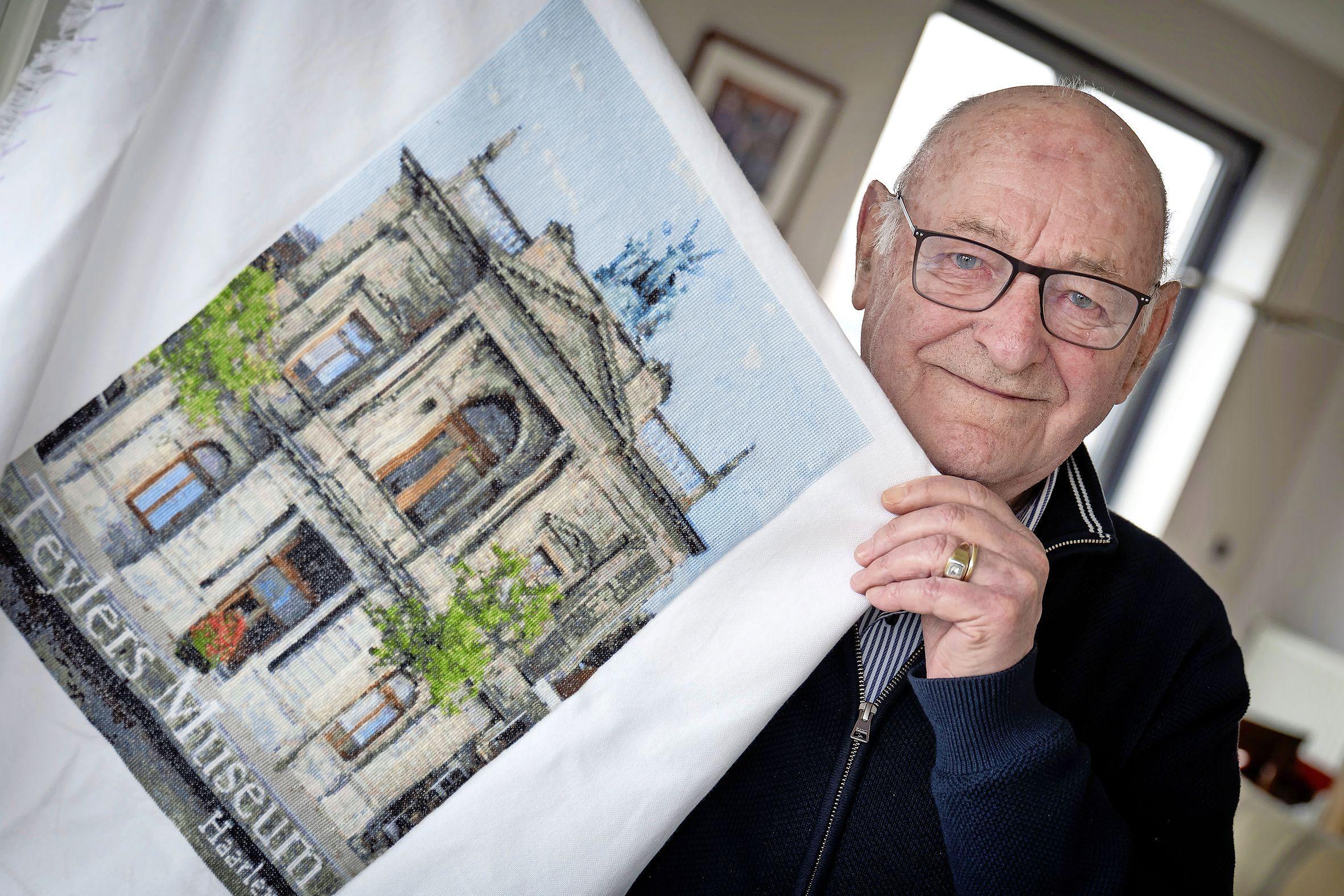 Theo Rutte (87) draait zijn hand niet om voor 42.300 kruissteken. 'Borduren brengt rust in mijn hoofd'
