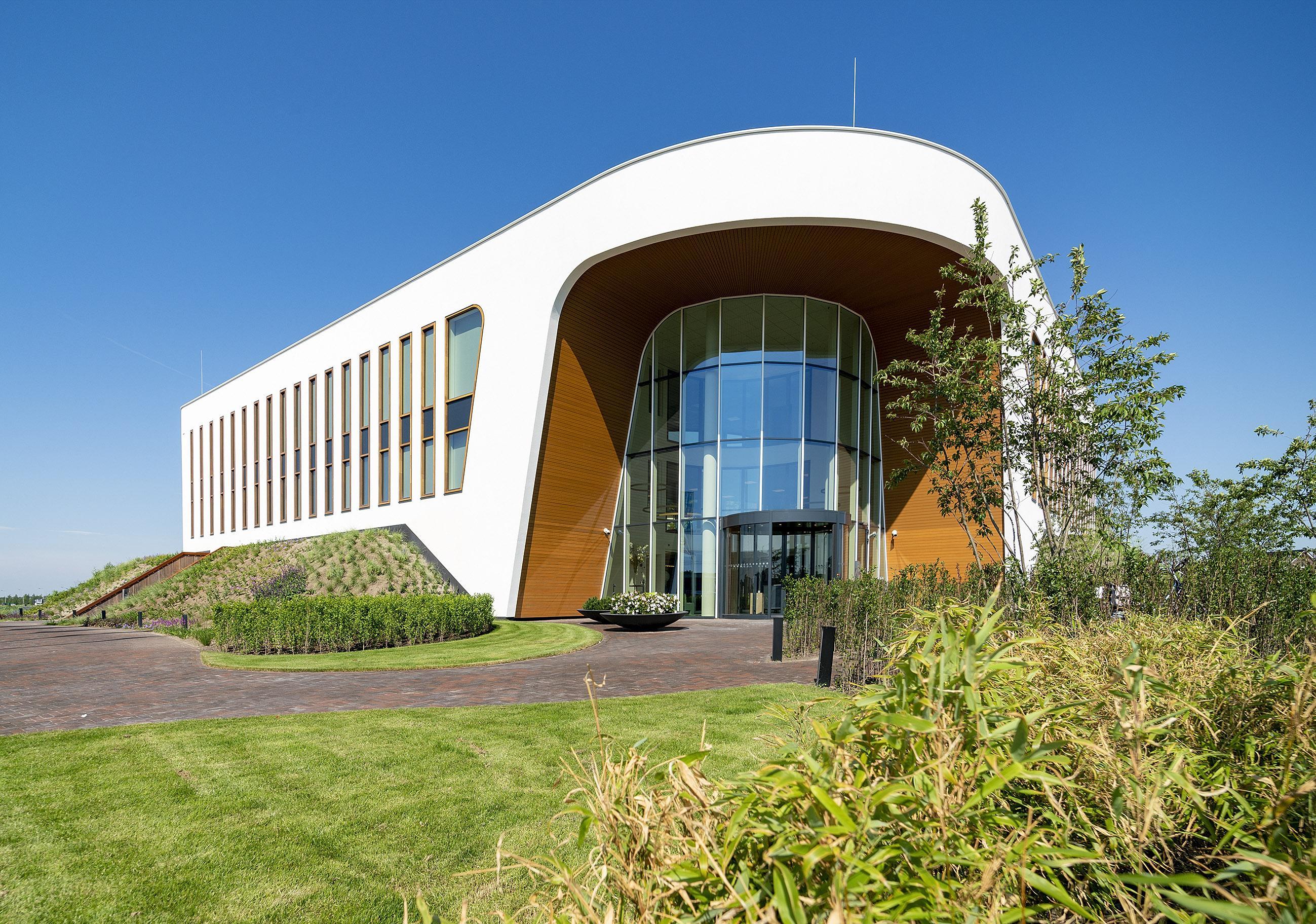 Oogcentrum Noordholland een echte 'eyecatcher'. 'Dit pand straalt rust uit, ruimte, een gevoel van veiligheid.' De deuren zijn nu geopend voor het publiek