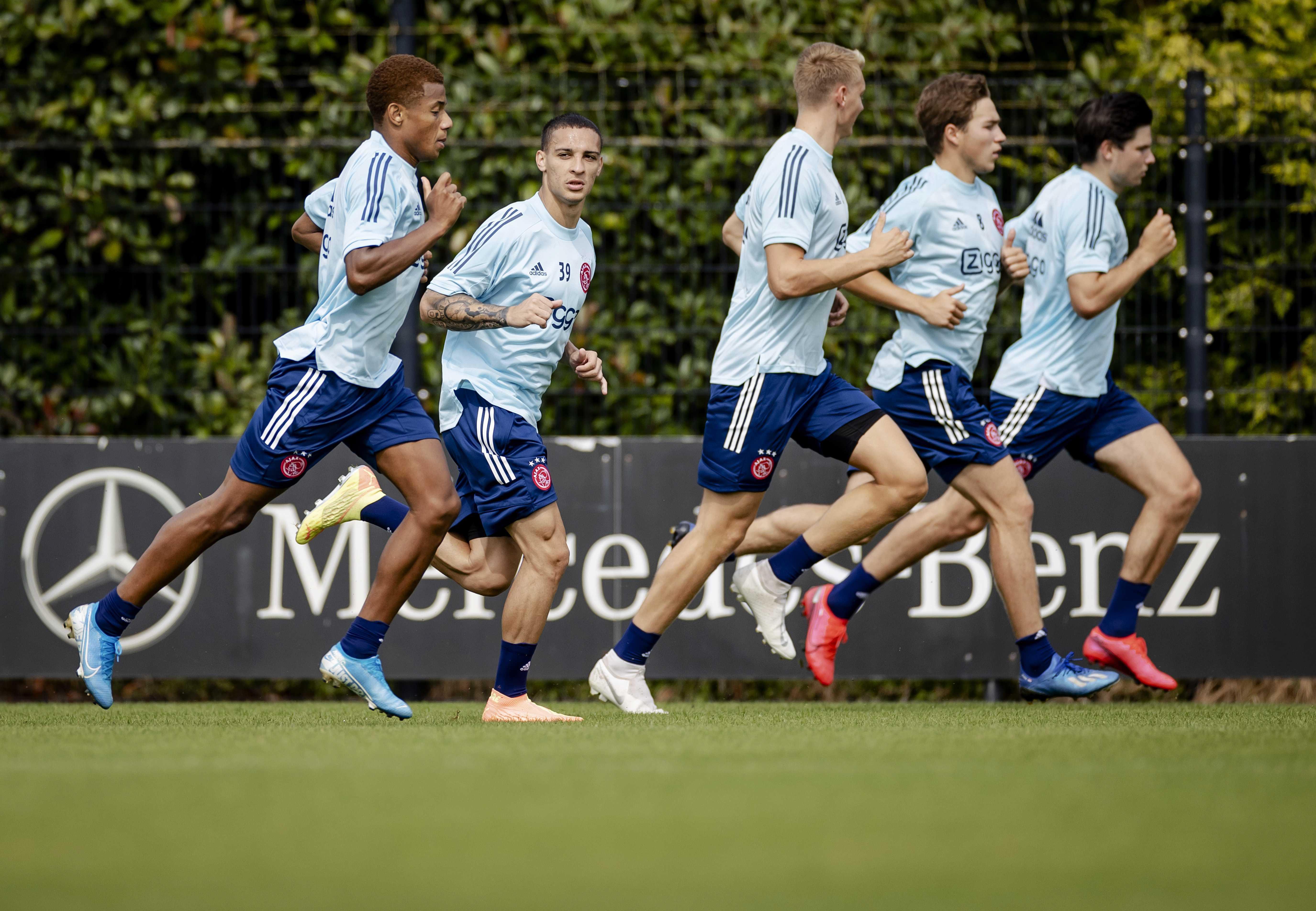 Ajax staat voor een raadsel: dertien spelers en stafleden hebben antistoffen tegen Covid-19