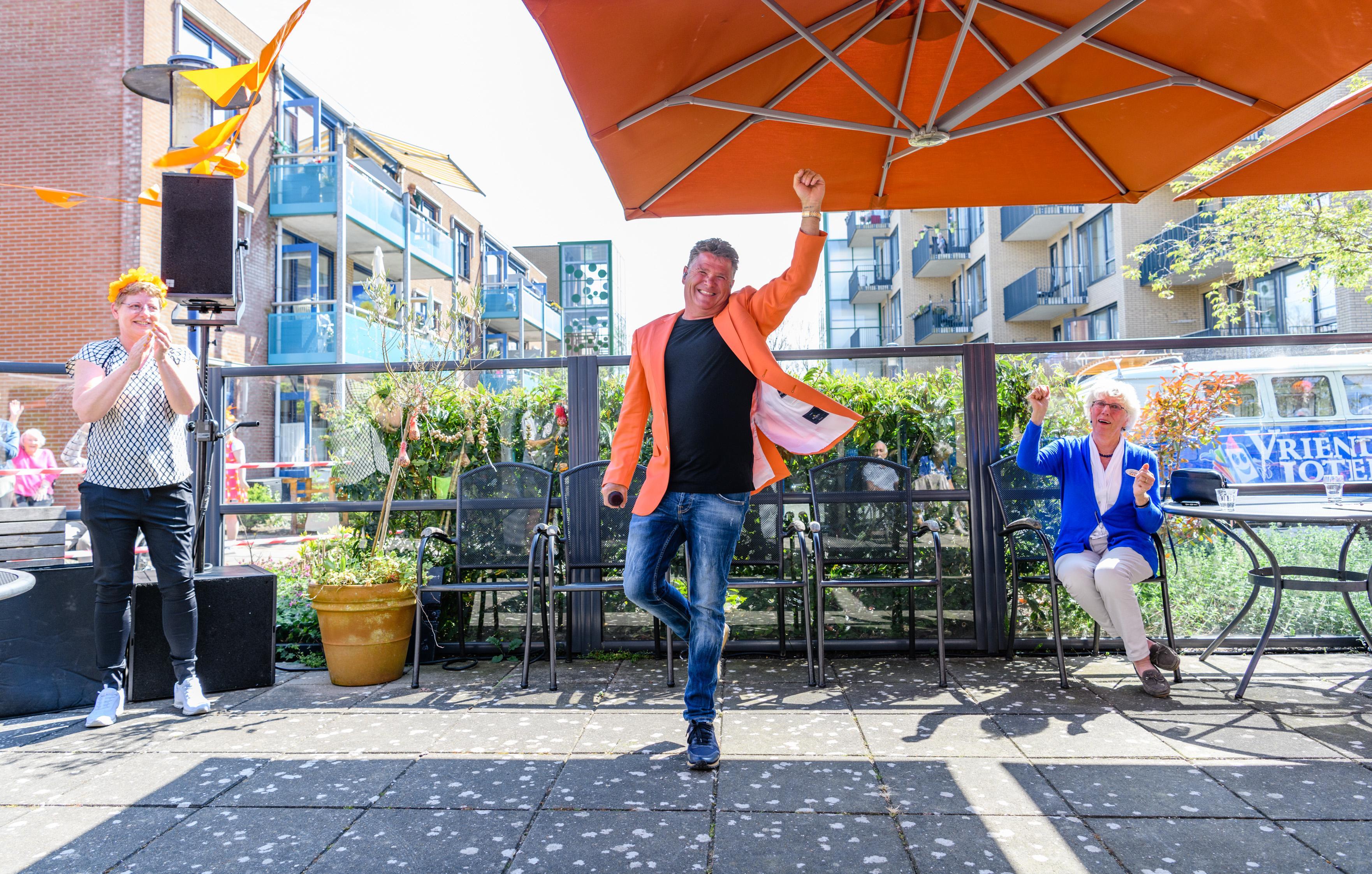 Wolter Kroes zingt voor ouderen van Torenerf in Wormer: 'Als ik zie hoeveel positiviteit deze mensen hebben, doet mij dat ook goed'