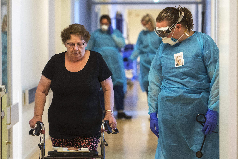 De arts van Lauwershof in Oudorp zegt tegen de 90-jarige: 'Ik denk dat u het niet gaat redden'. De vrouw zegt: 'Nou dokter, ik denk dat ik het wel red'