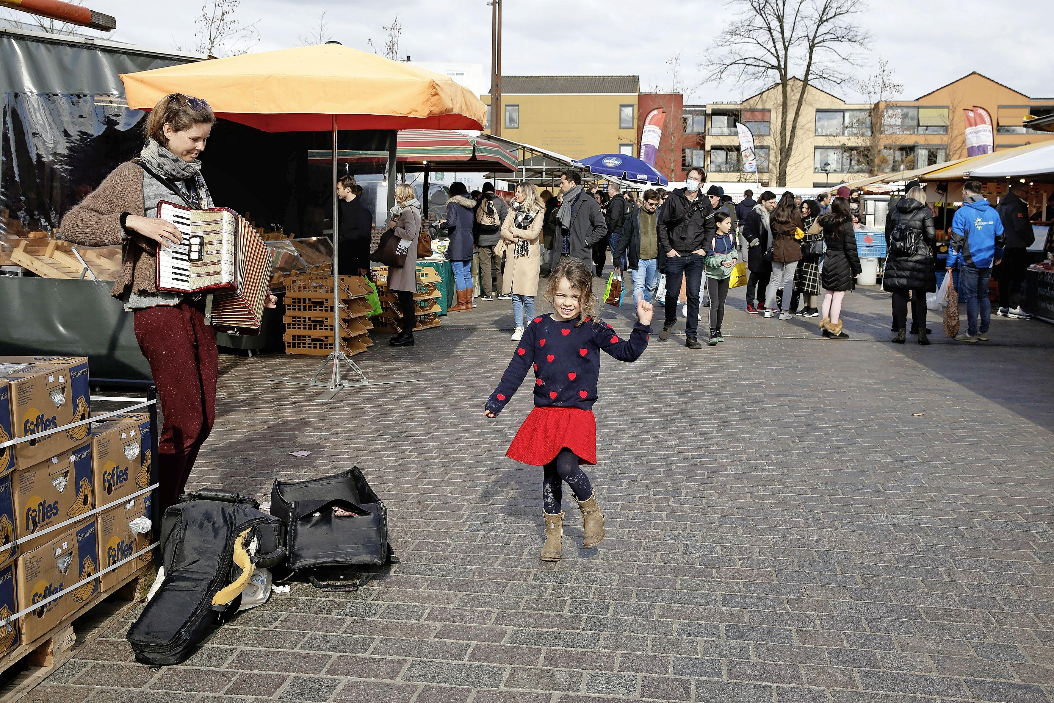De Hilversumse markt heeft één wens: 'Laat alsjeblieft de non-food kramen weer toe! Er is hier plek zat'