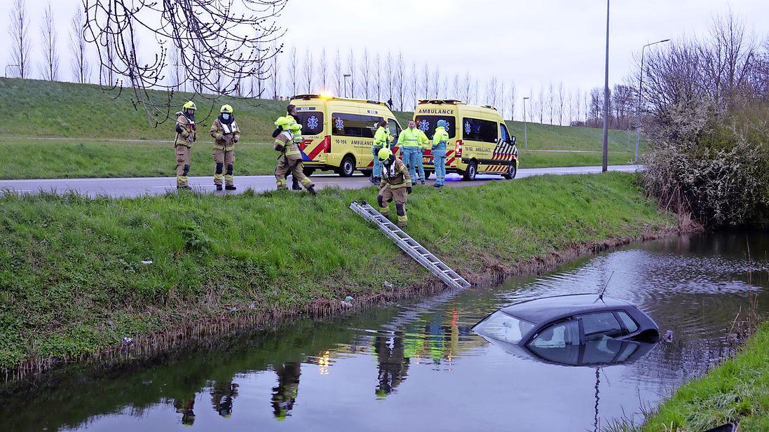 Auto achtergelaten in sloot Hoorn; hulpdiensten massaal aanwezig