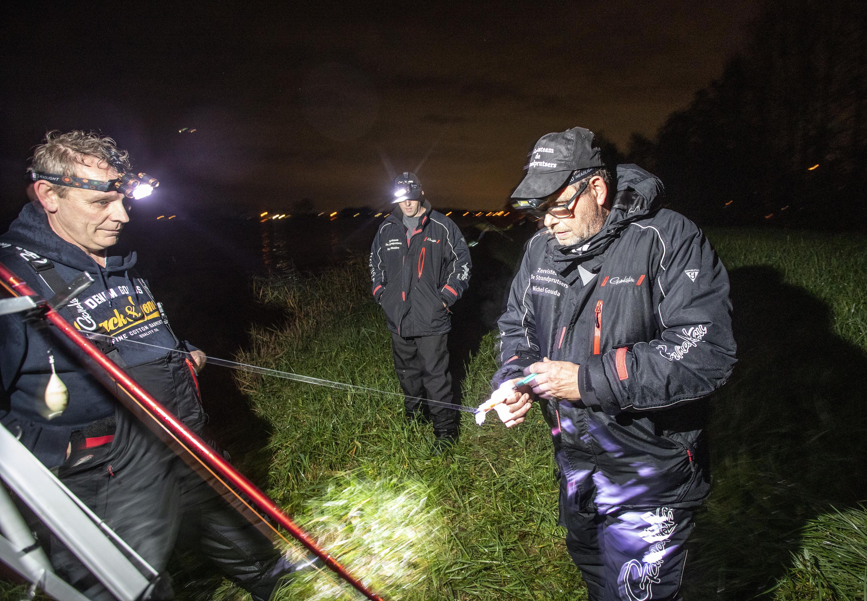 Hopen op hondshaai aan de haak bij het Noordzeekanaal: 'Het maakt niet uit wie hem vangt, we vangen hem samen'