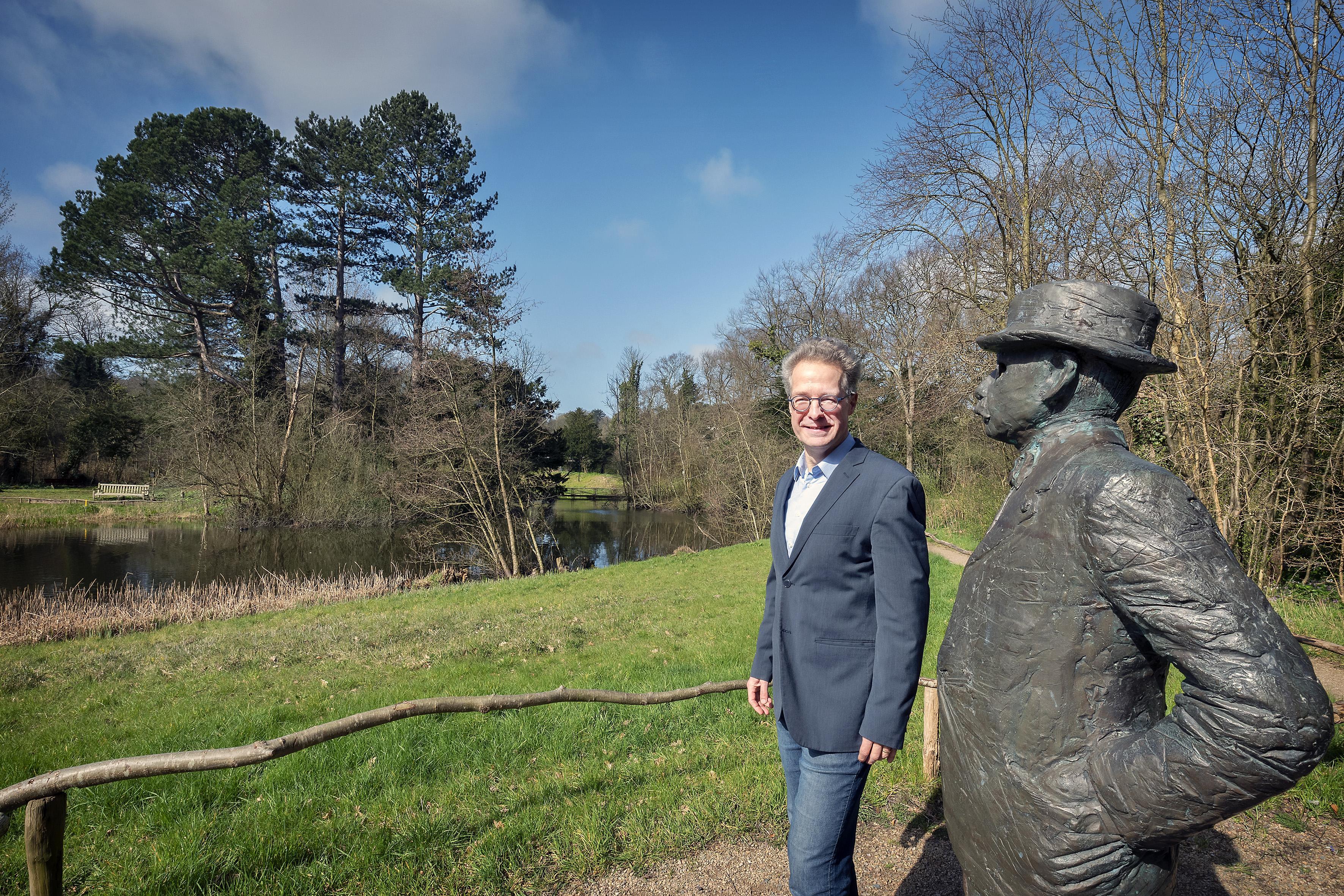 Een verlaat verjaarscadeau in Bloemendaal. Thijsse's Hof na 76 jaar voor twee euro officieel overgedragen