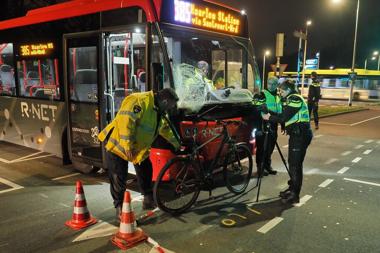 Fietser (15) uit Haarlem ernstig gewond bij aanrijding met lijnbus in IJmuiden