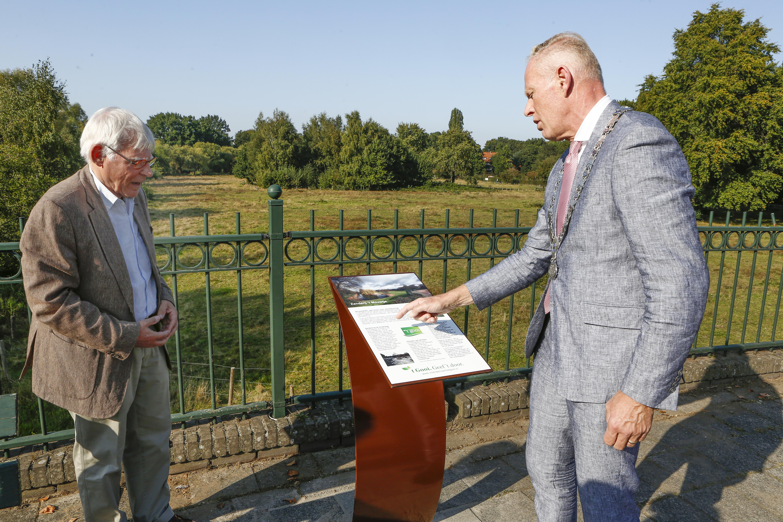 Nieuwe informatiezuil van Vrienden van het Gooi geeft uitleg over geschiedenis van 't Mouwtje; Het park was als zanderij ooit een belangrijke bron van inkomsten voor Bussumers