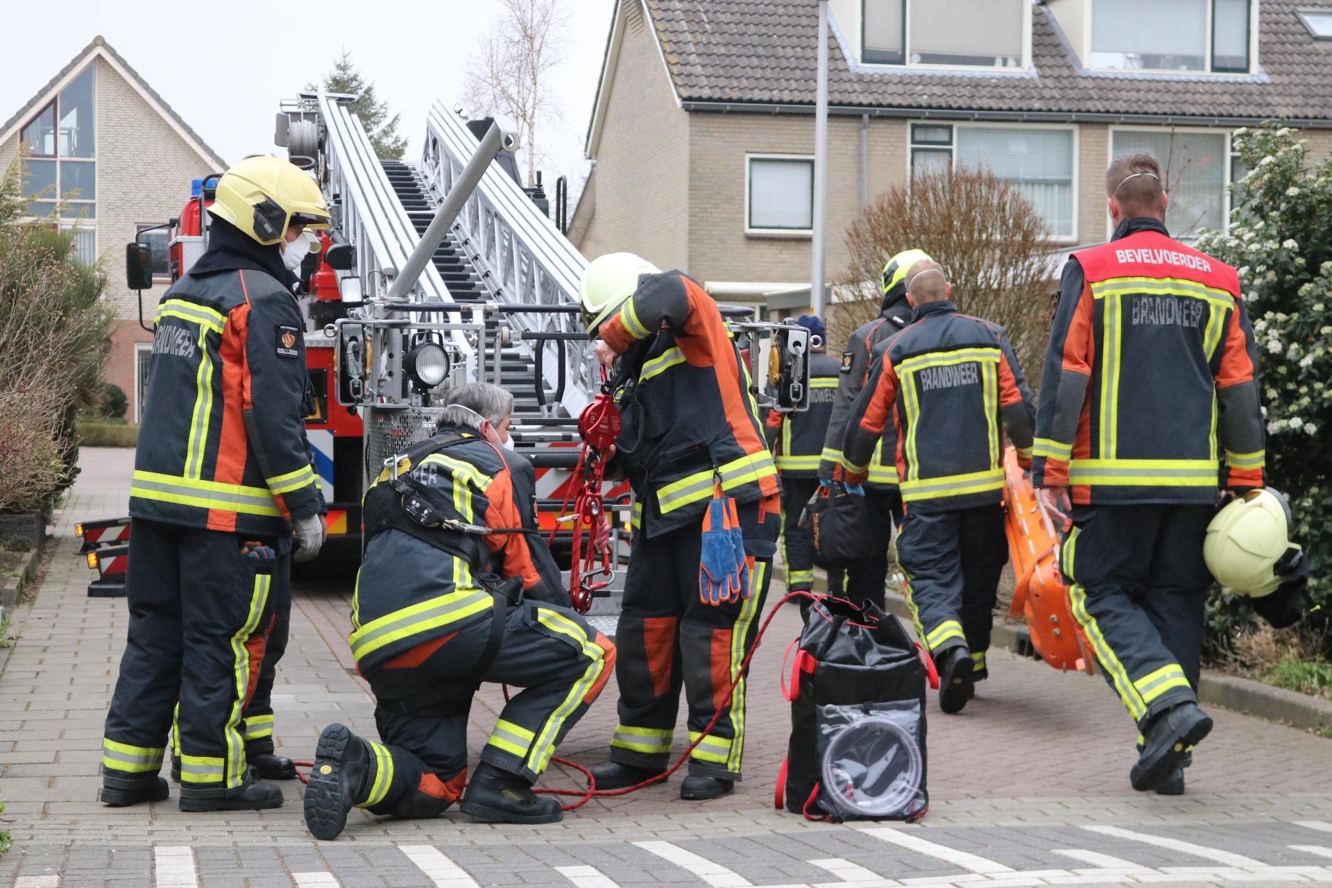 Drie brandweerwagens takelen aannemer van steiger in Noordwijkerhout
