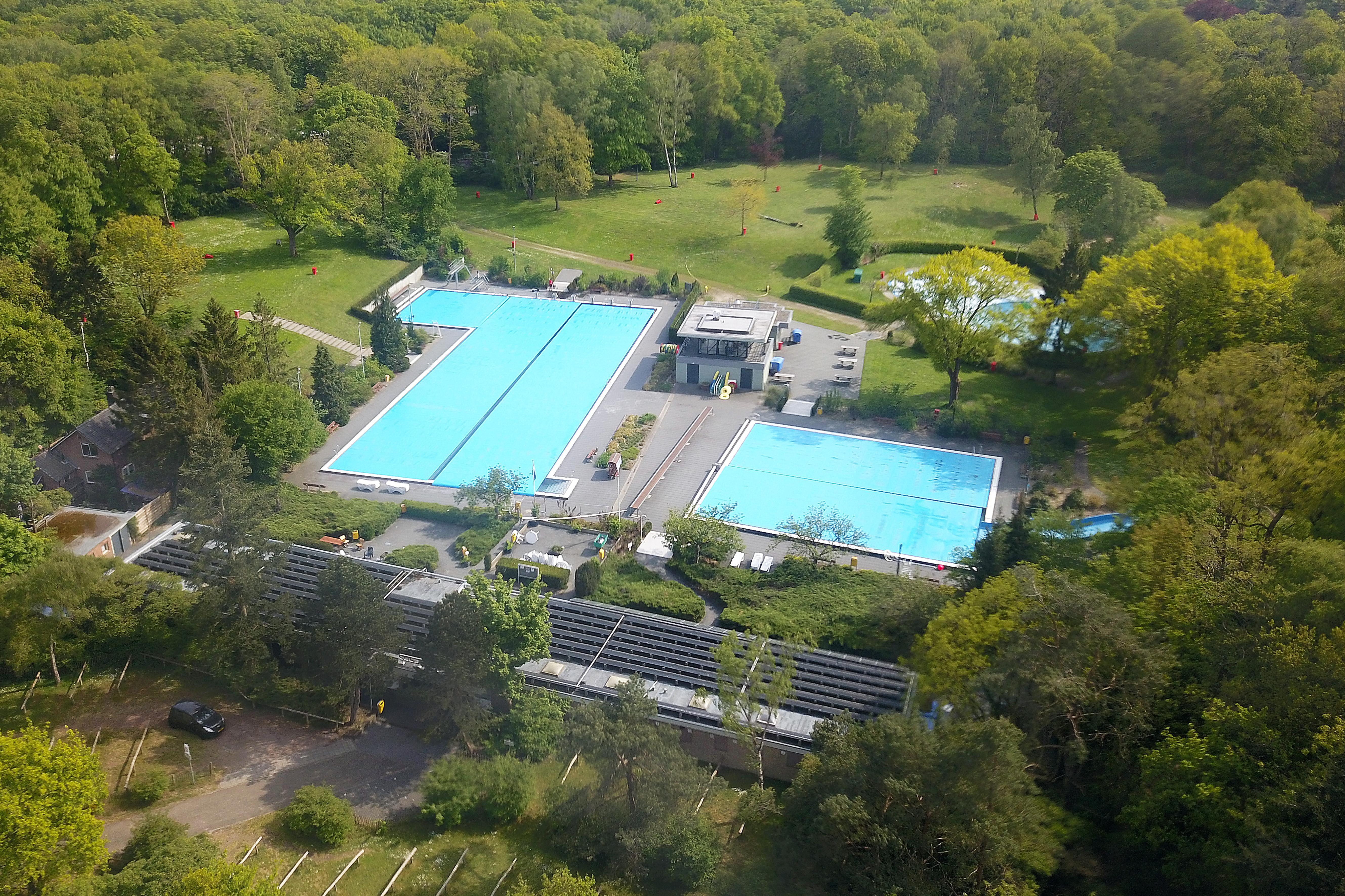 Zwembad Sijsjesberg in Huizen blijft het hele zwemseizoen dicht, wethouder Roland Boom weet dat 'heel veel gezinnen nu zwaar teleurgesteld zijn'