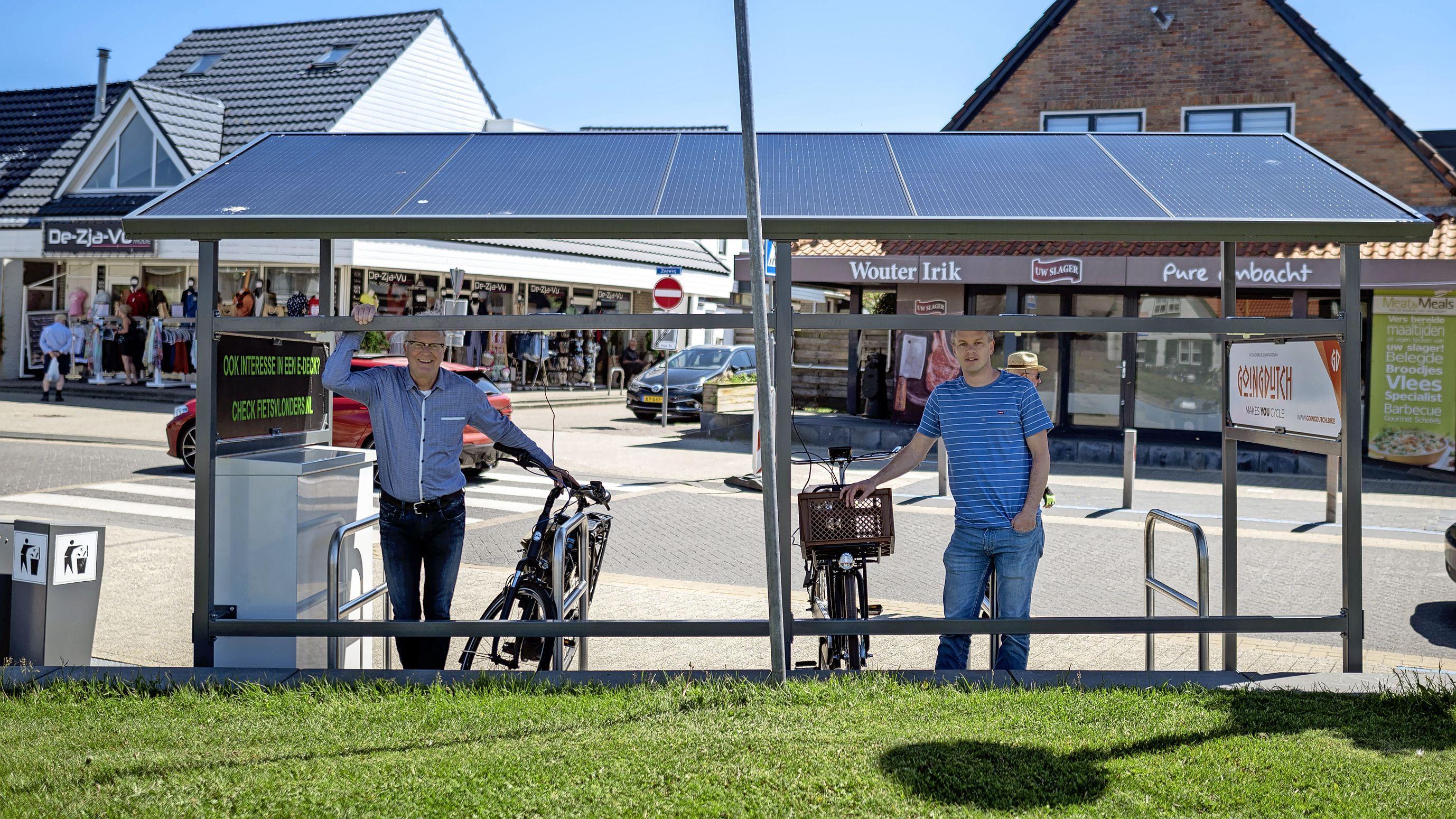 Een bakkie op het terras in Callantsoog en ondertussen gratis de accu van de elektrische fiets opladen. Met schone stroom, want op het oplaadpunt liggen zonnepanelen