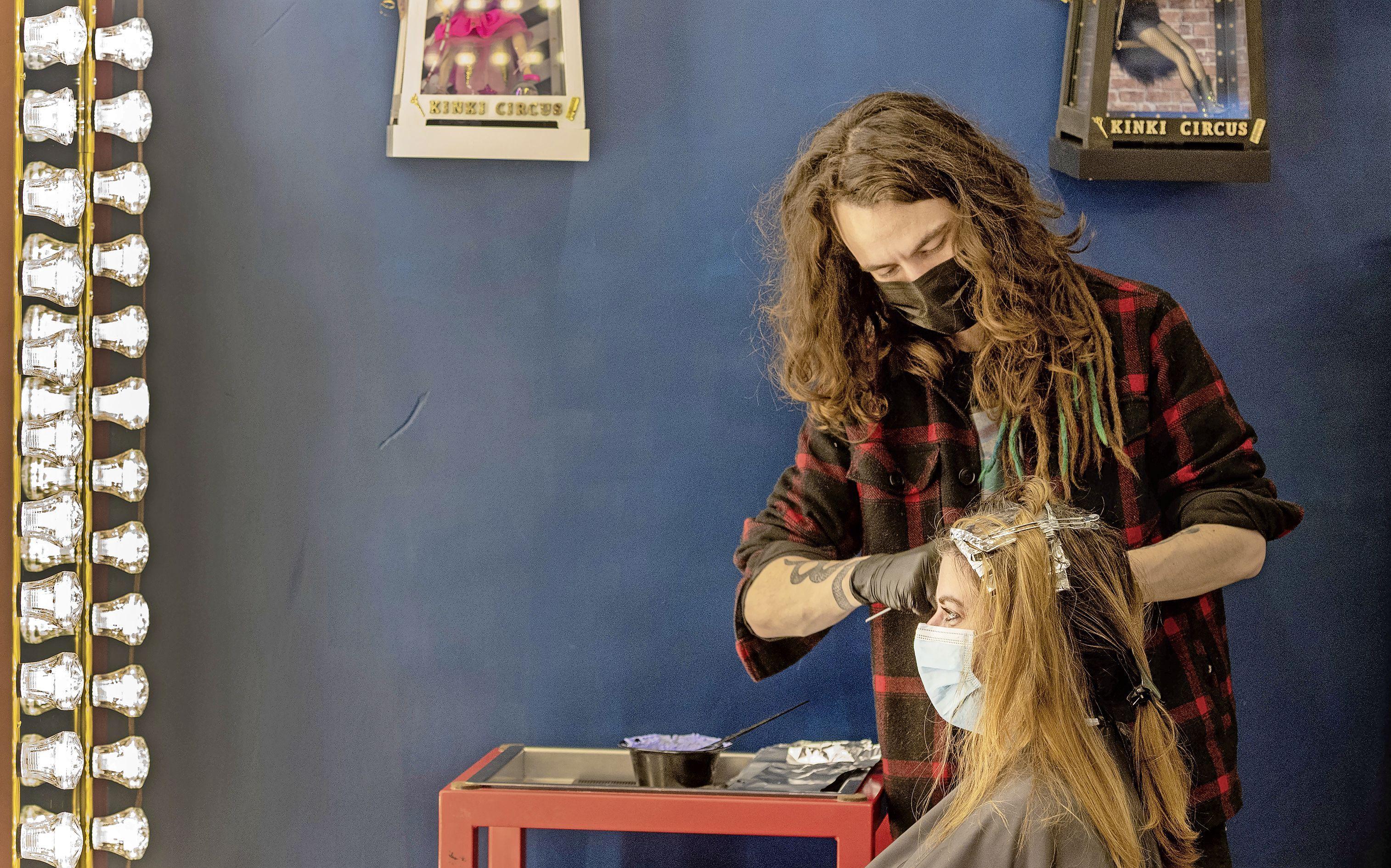 Dag lang nekhaar en dag vale haarkleur. Kapper Romy is blij dat ze weer mag knippen: 'Ik was helemaal zenuwachtig. Alsof het mijn eerste werkdag was'