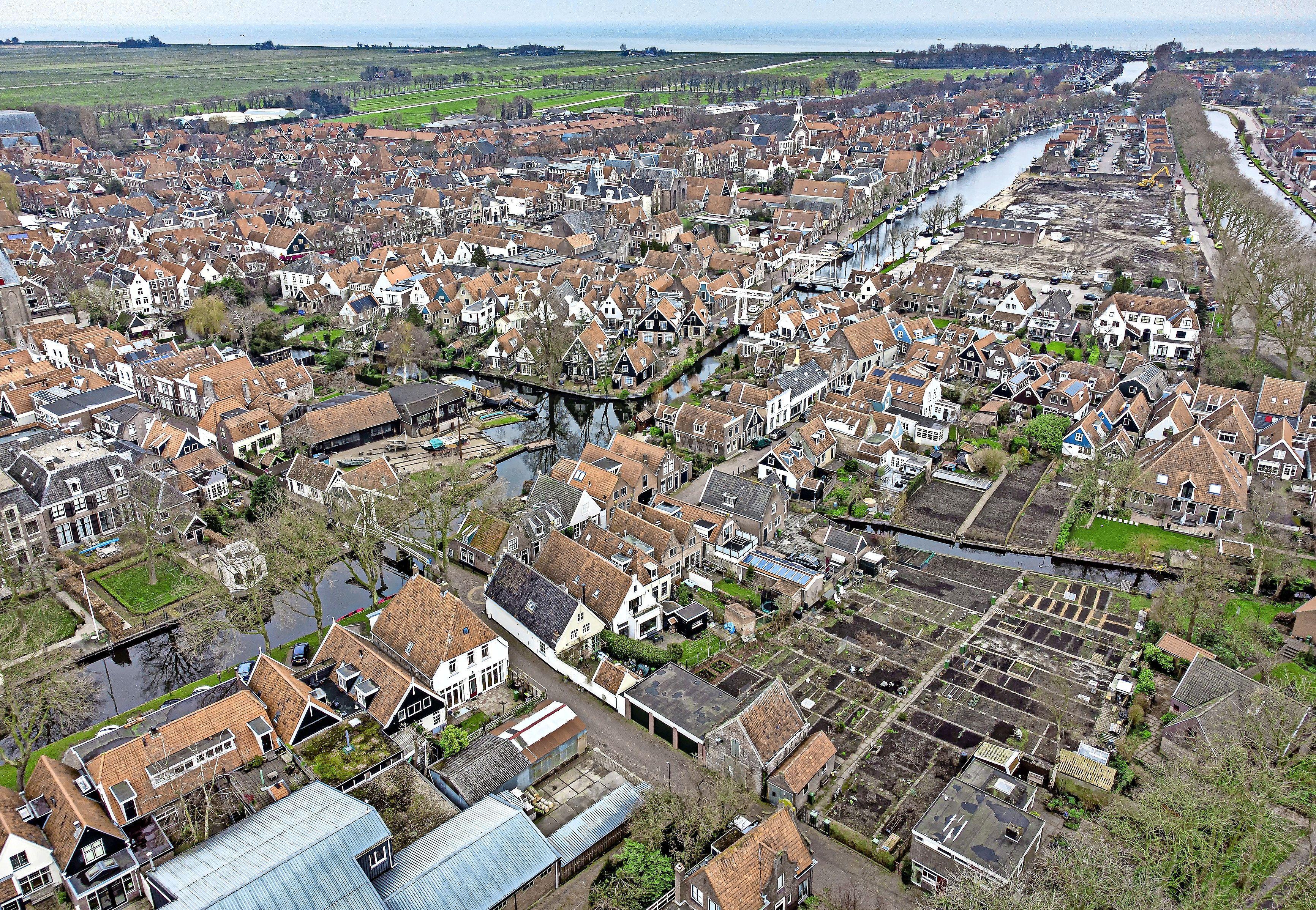 Woningen op vroegere Edamse scheepswerf Van Drunen zijn klaar, nu nog de vroegere 'rotte kies' aan de Baandervesting vullen [Luchtfoto]