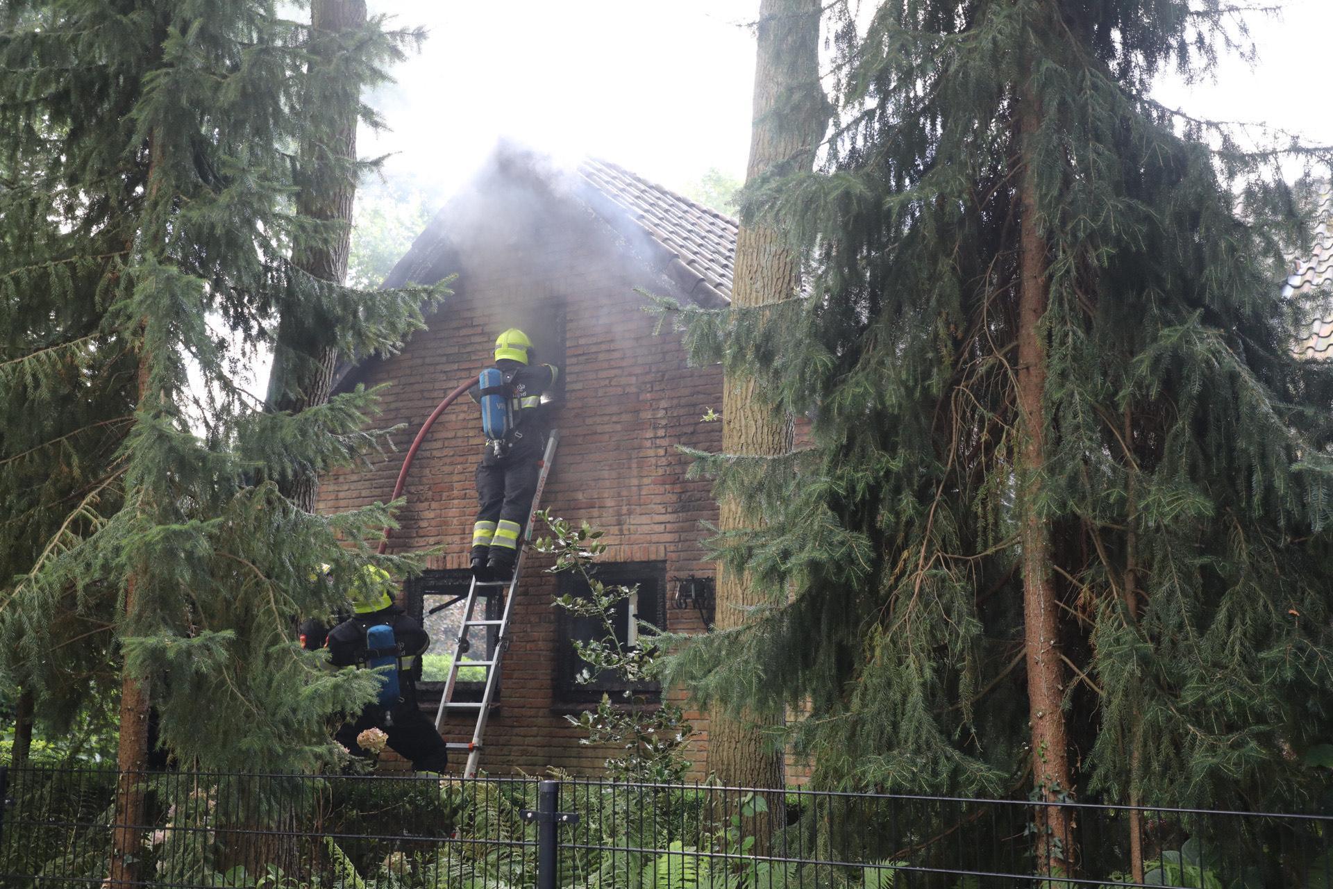 Auto verwoest bij brand in garage van woning in Aerdenhout
