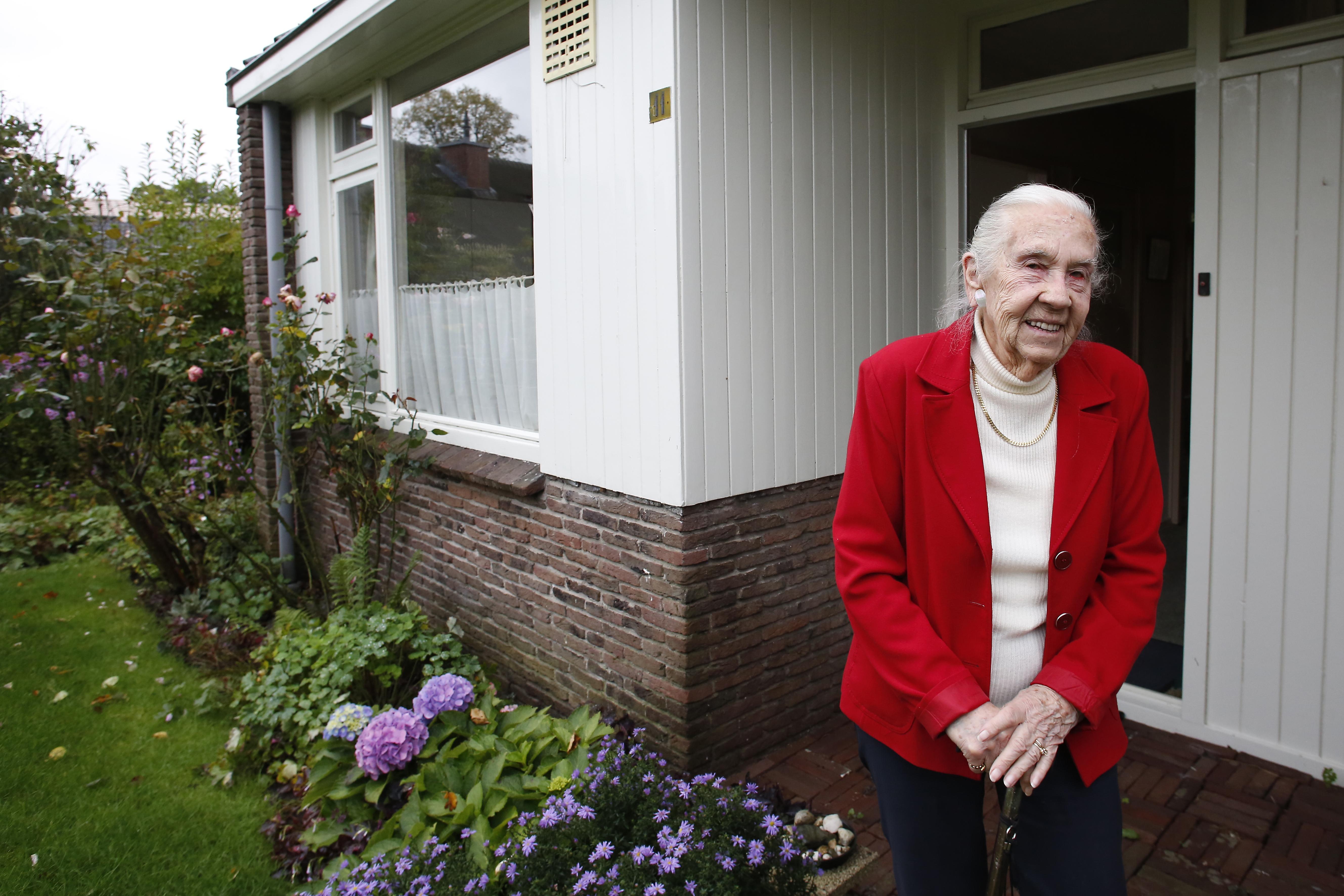 Rita van Greuningen (94) dreigt uit haar huis gezet te worden: 'Maar ik ga hier niet weg, klaar uit'. De zeeën gaan hoog rond de renovatie van dertig Blaricumse seniorenwoninkjes