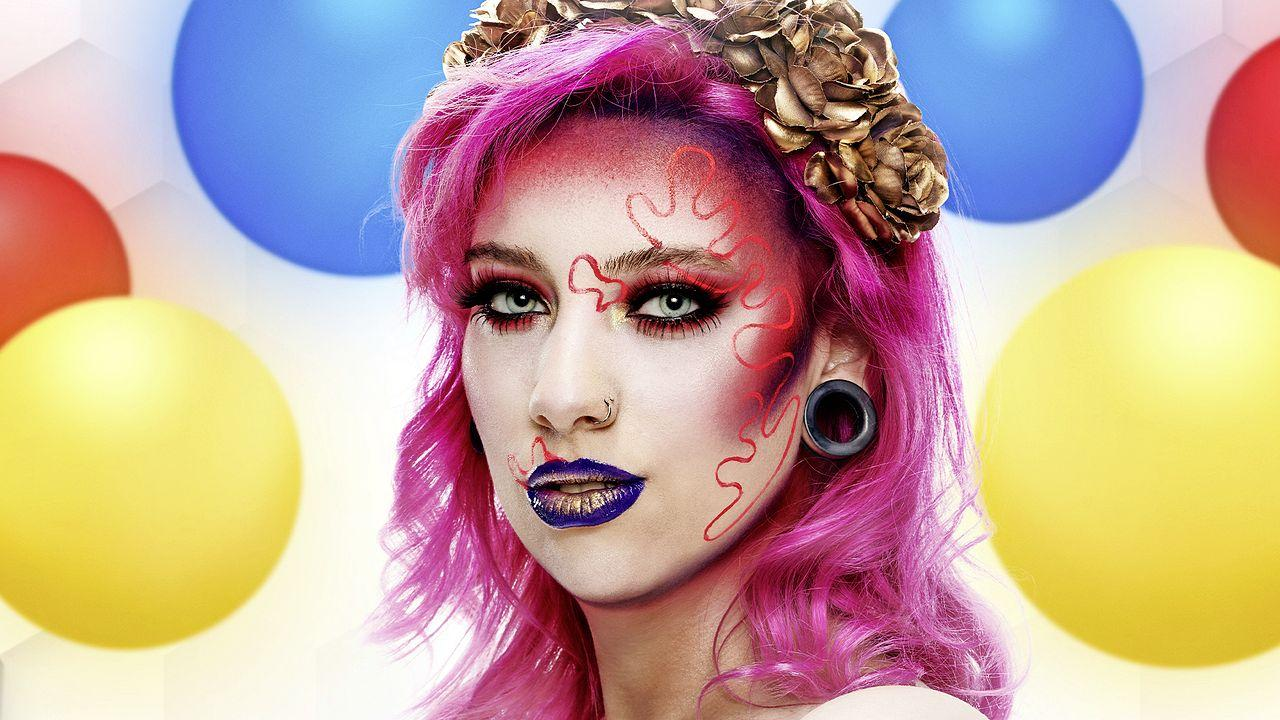 Fianca uit Middenmeer tovert met make-up. Ze staat in de televisieshow Glow Up ineens naast haar idolen Roxeanne Hazes en Nikkie de Jager. 'Super absurd, ik kon haast niet meer ademen' [video]