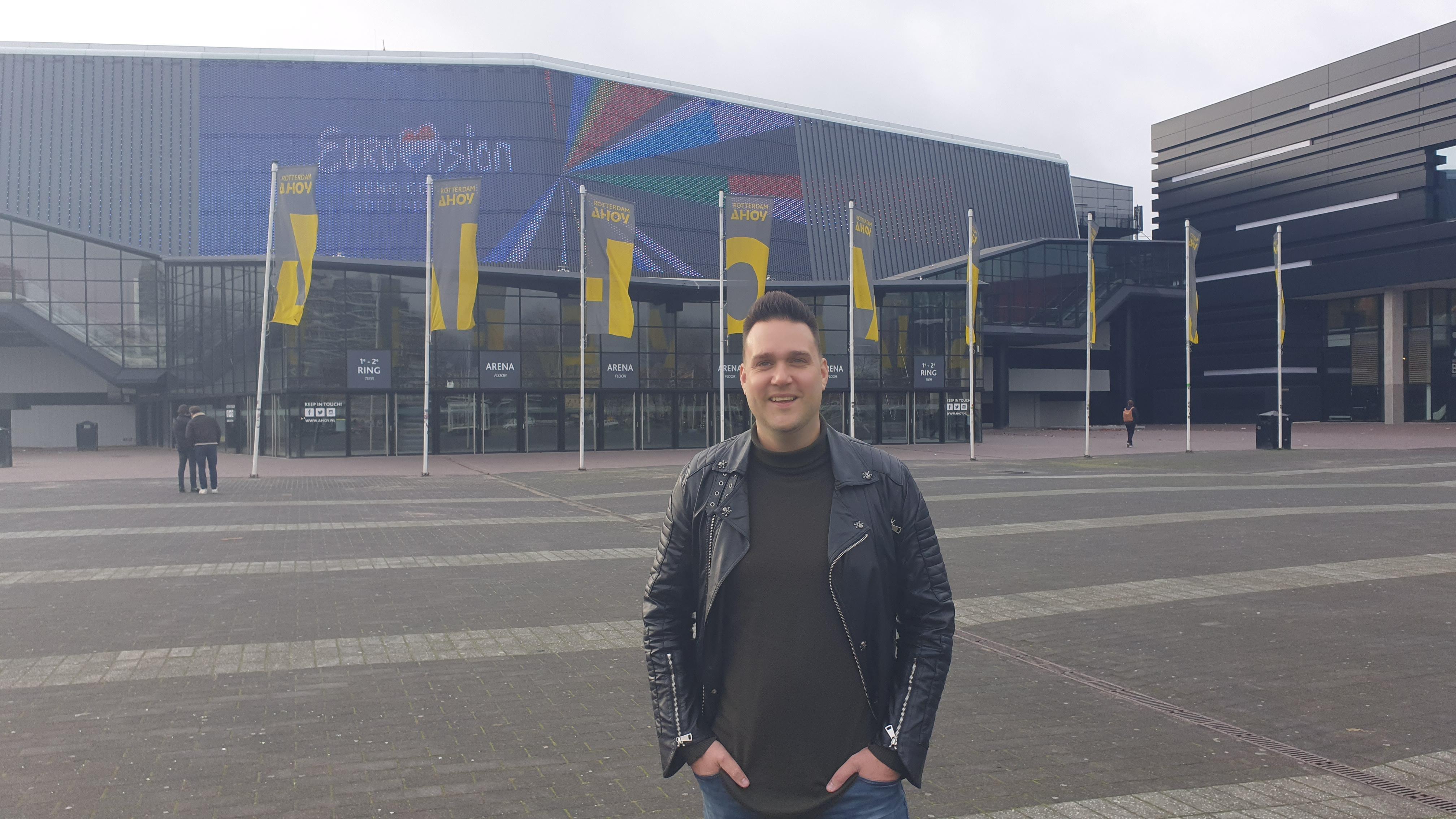 Zanger Pascal Redeker uit Medemblik gaat online optreden verzorgen vanuit Rotterdam Ahoy. 'Op een legendarisch podium uitpakken voor mijn trouwe fans'