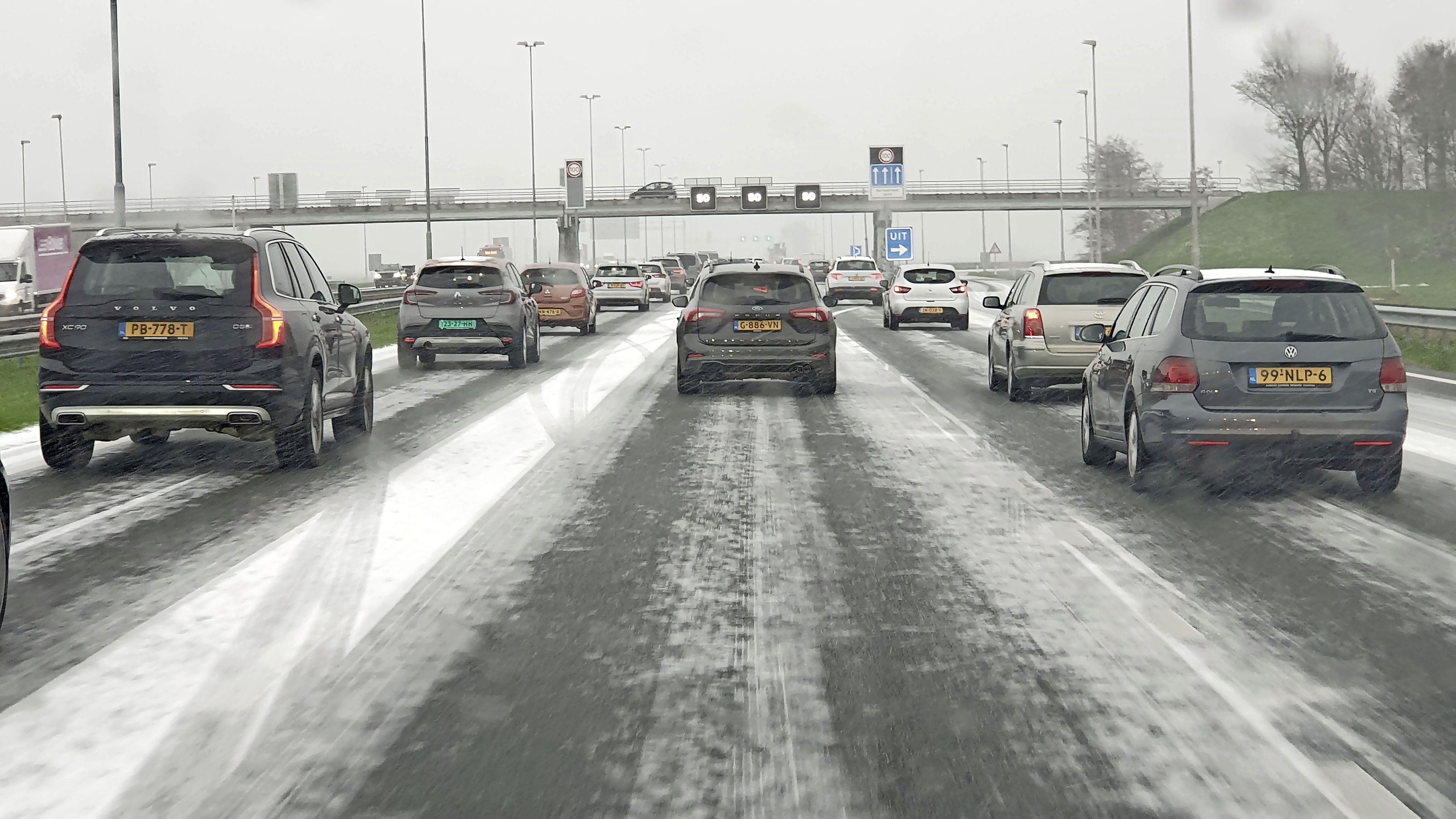Lange file op A7 door sneeuw