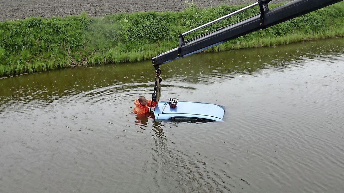 Auto belandt in water na inhaalactie in Andijk