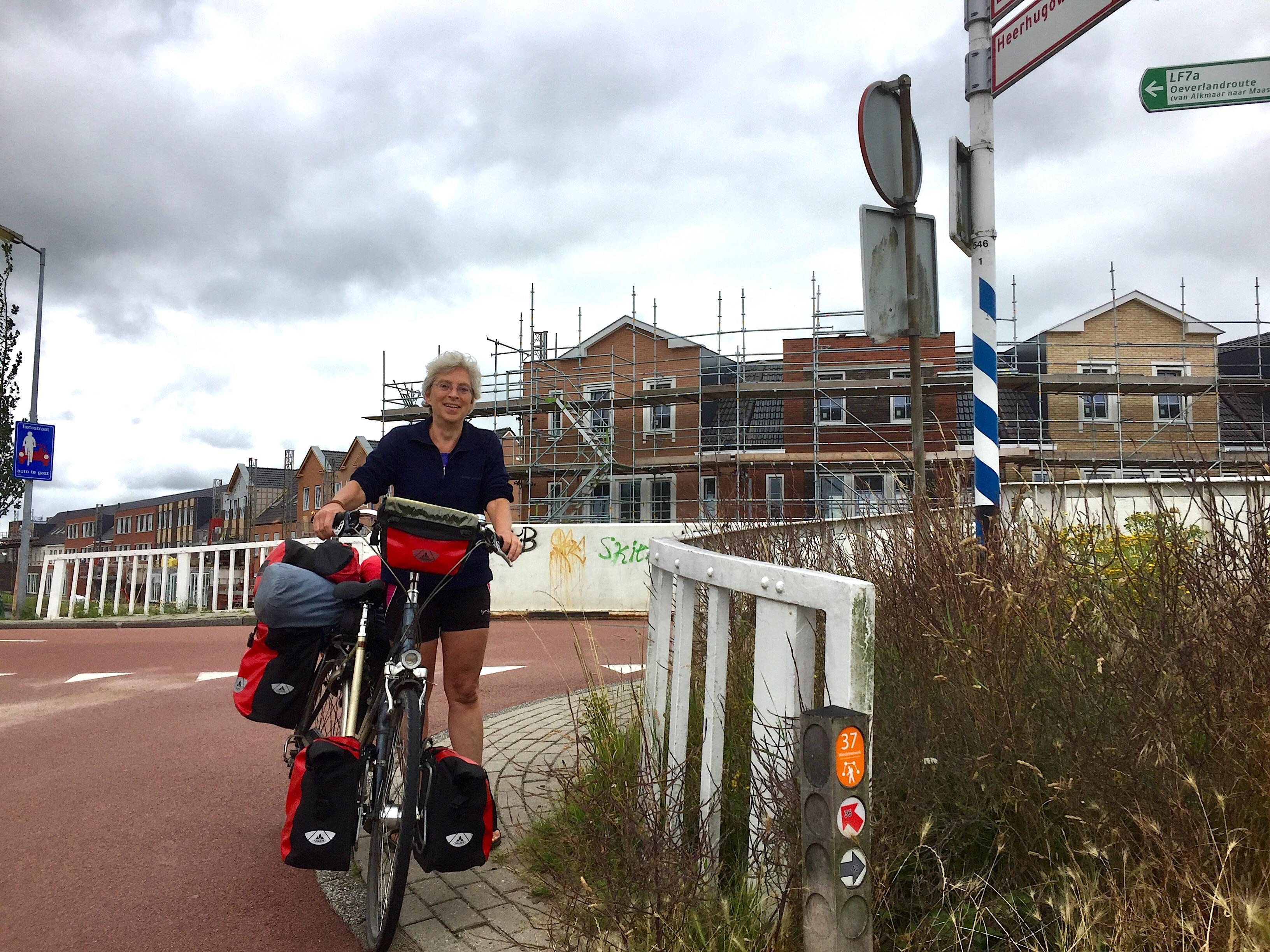 Onderweg: 'Puur op benenkracht' fietst Aaltje Migchelbrink de Boerenlandroute naar Enschede. 'Ik ben er nog!'