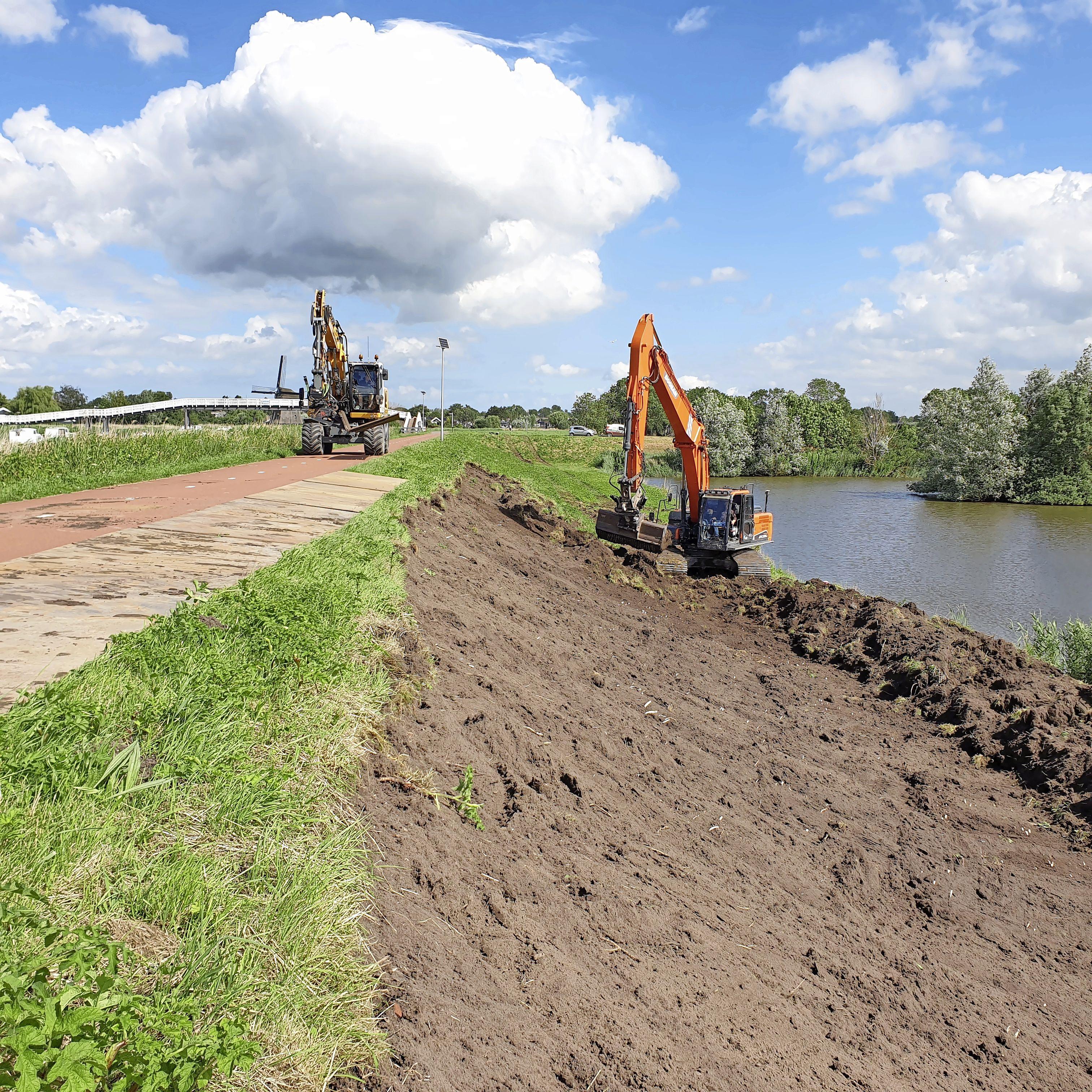 Het einde is na zo'n vier jaar grond- en graafwerk in zicht: slotstuk van versterken Schermerdijk tussen Oudorp en Driehuizen is gestart
