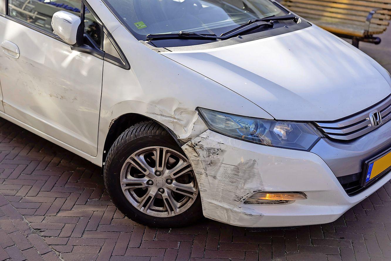 Vrouw komt tussen twee geparkeerde auto's en raakt gewond bij ongeluk in Bloemendaal