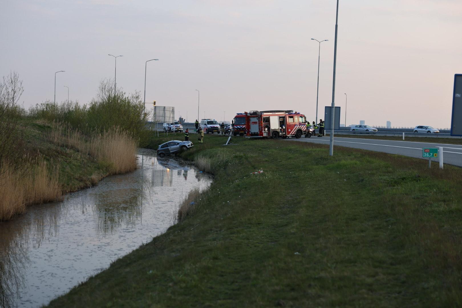 Automobilist raakt in slip op afrit A9 Lijnden en belandt in sloot