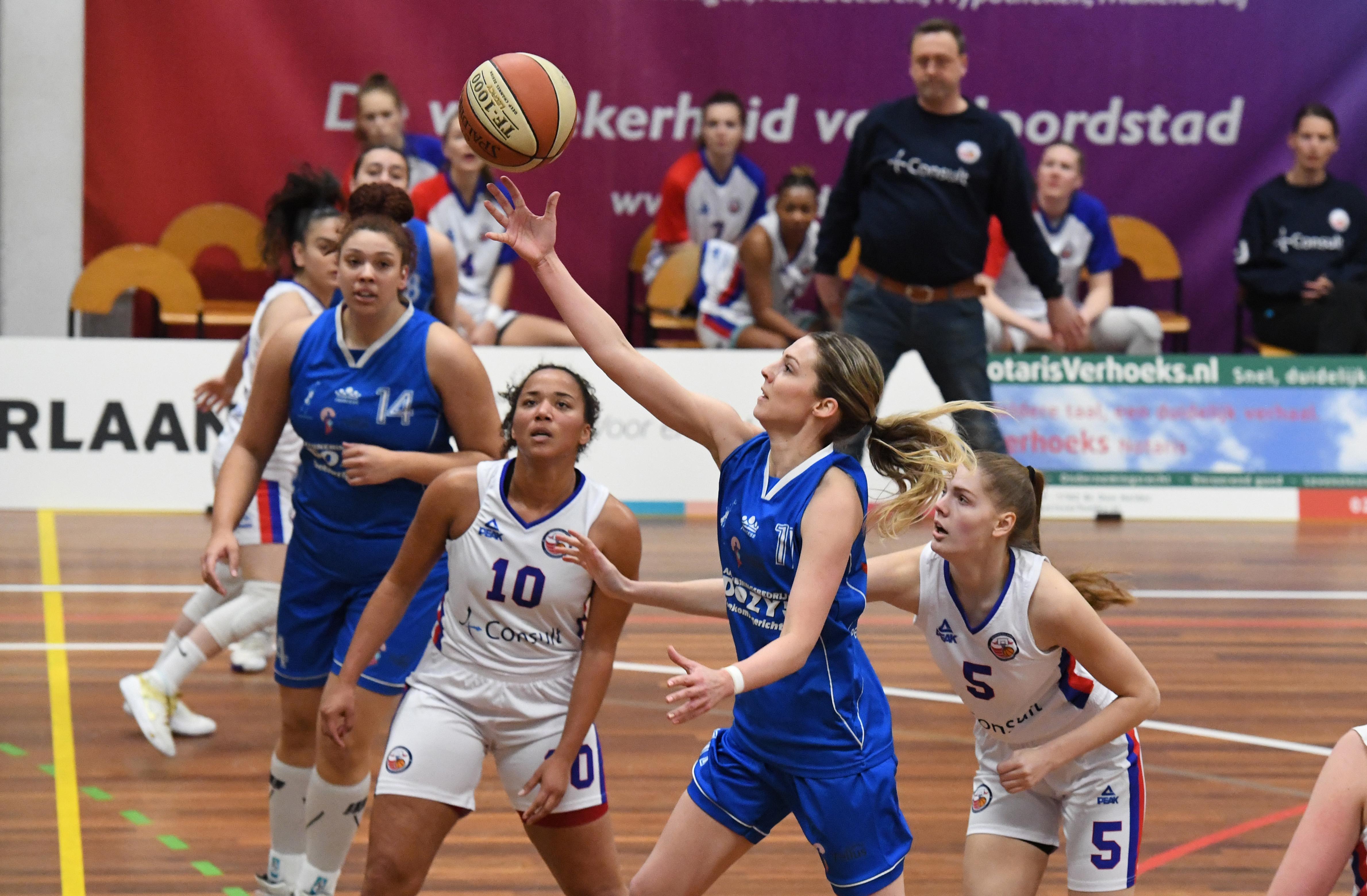 Basketbalsters Den Helder hebben thuisvoordeel in crisistijd. 'De hal, vloer waarop we trainen, baskets die we kennen. Het geeft alles bij elkaar een vertrouwd gevoel'