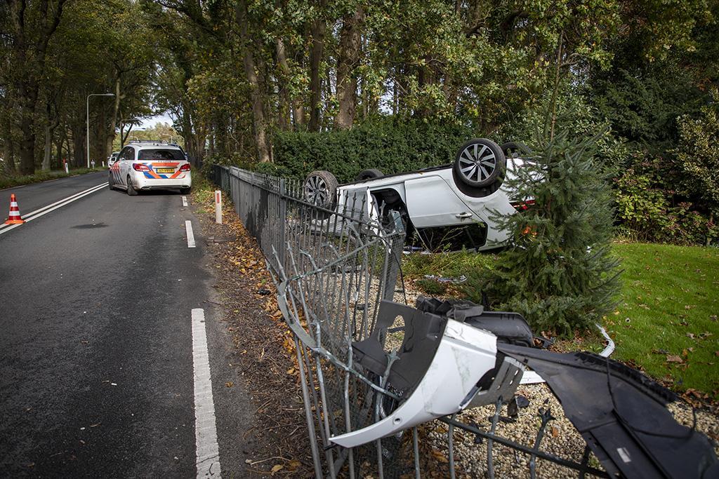 Auto belandt op zijn kop in tuin Vogelenzangse villa