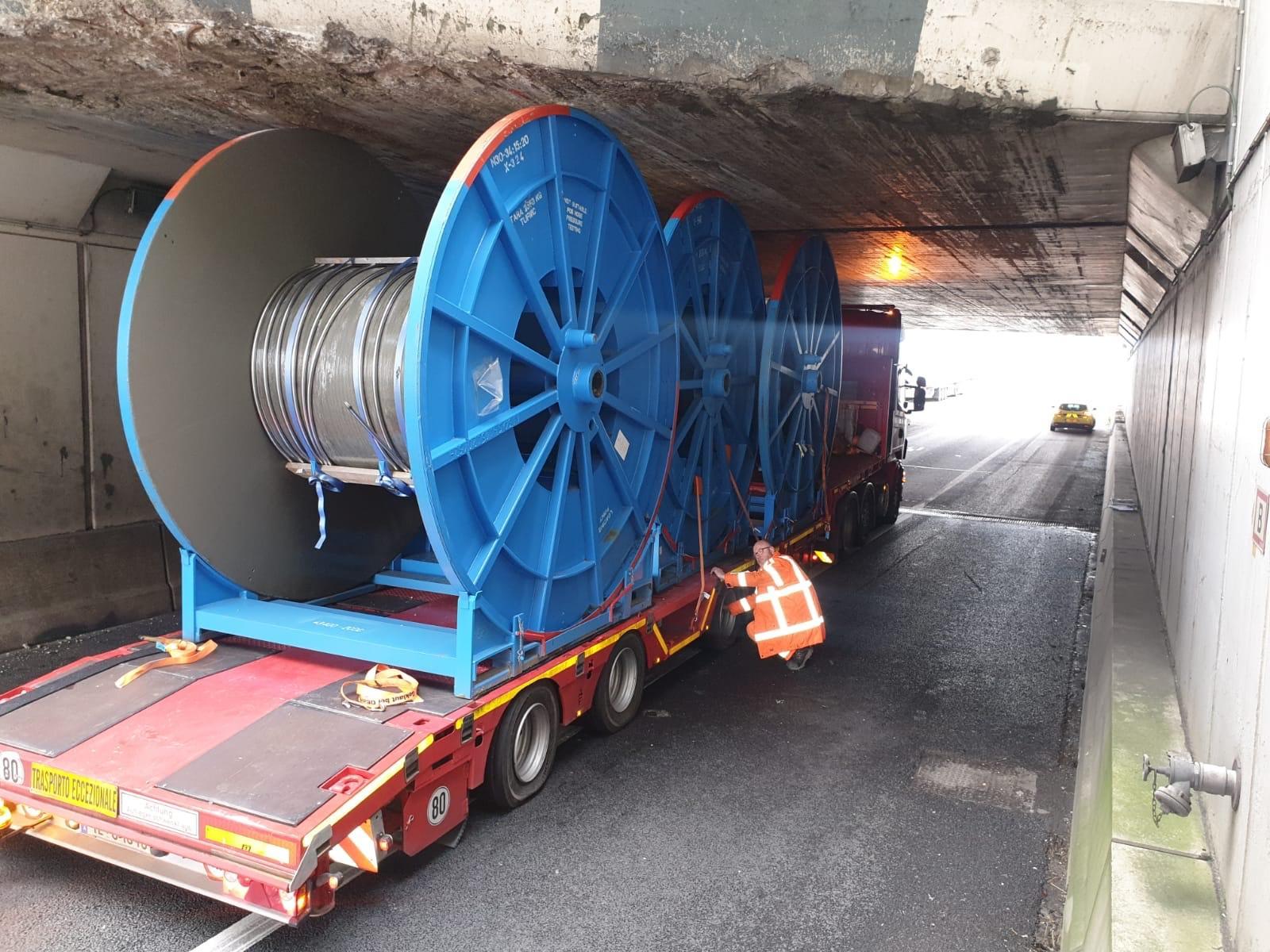 Vrachtwagen komt vast te zitten onder aquaduct op A4 bij Abbenes