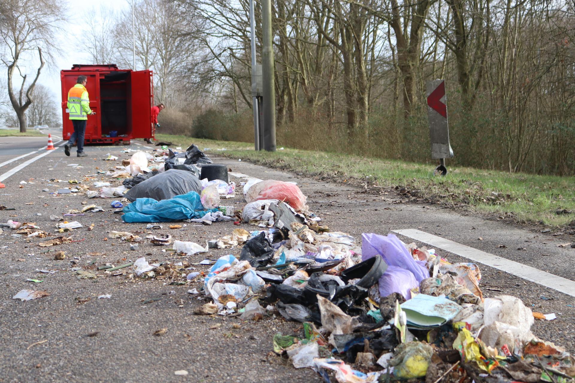 Oprit A44 Sassenheim bedolven onder afval; weg afgesloten