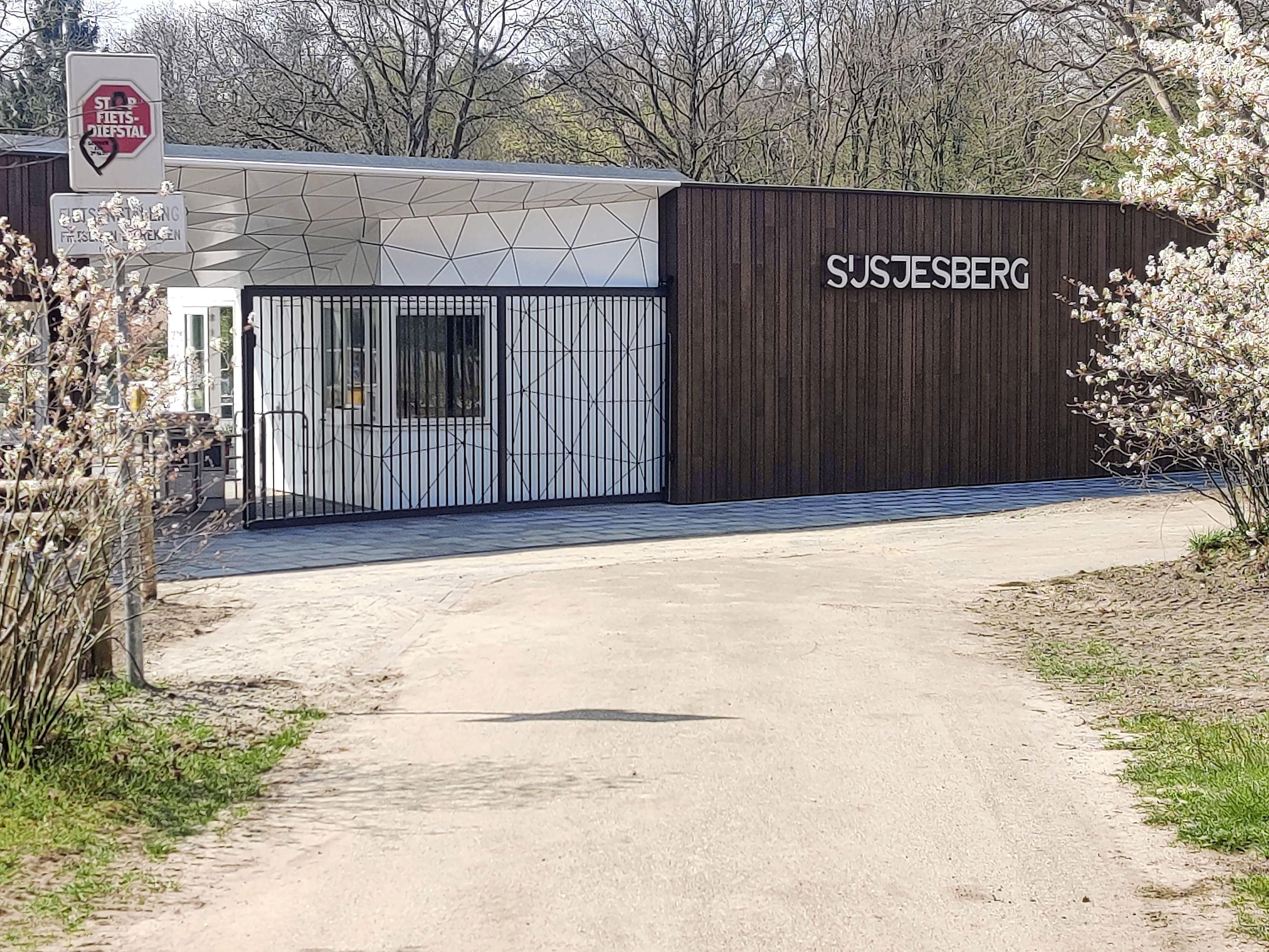 'Het water zal nog wel wat koud zijn', Zwembad Sijsjesberg in Huizen is verbouwd en opent zaterdag de deuren